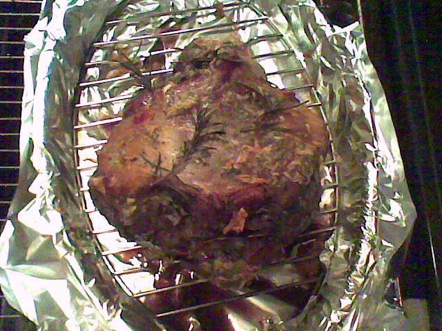 Recept Jehněčí kýta pomalu pečená - Po pěti hodinách při 80°C je kýta upečená, vevnitř krásně růžová, jemná, zkrátka bez chyby.