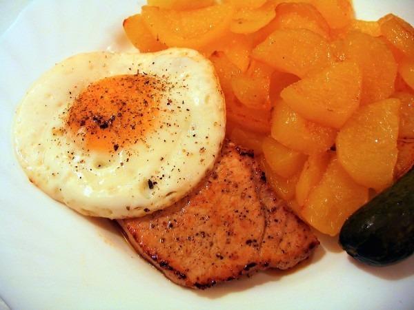Recept Vepřový steak s vejcem - Vepřový steak s opečenými brambory.