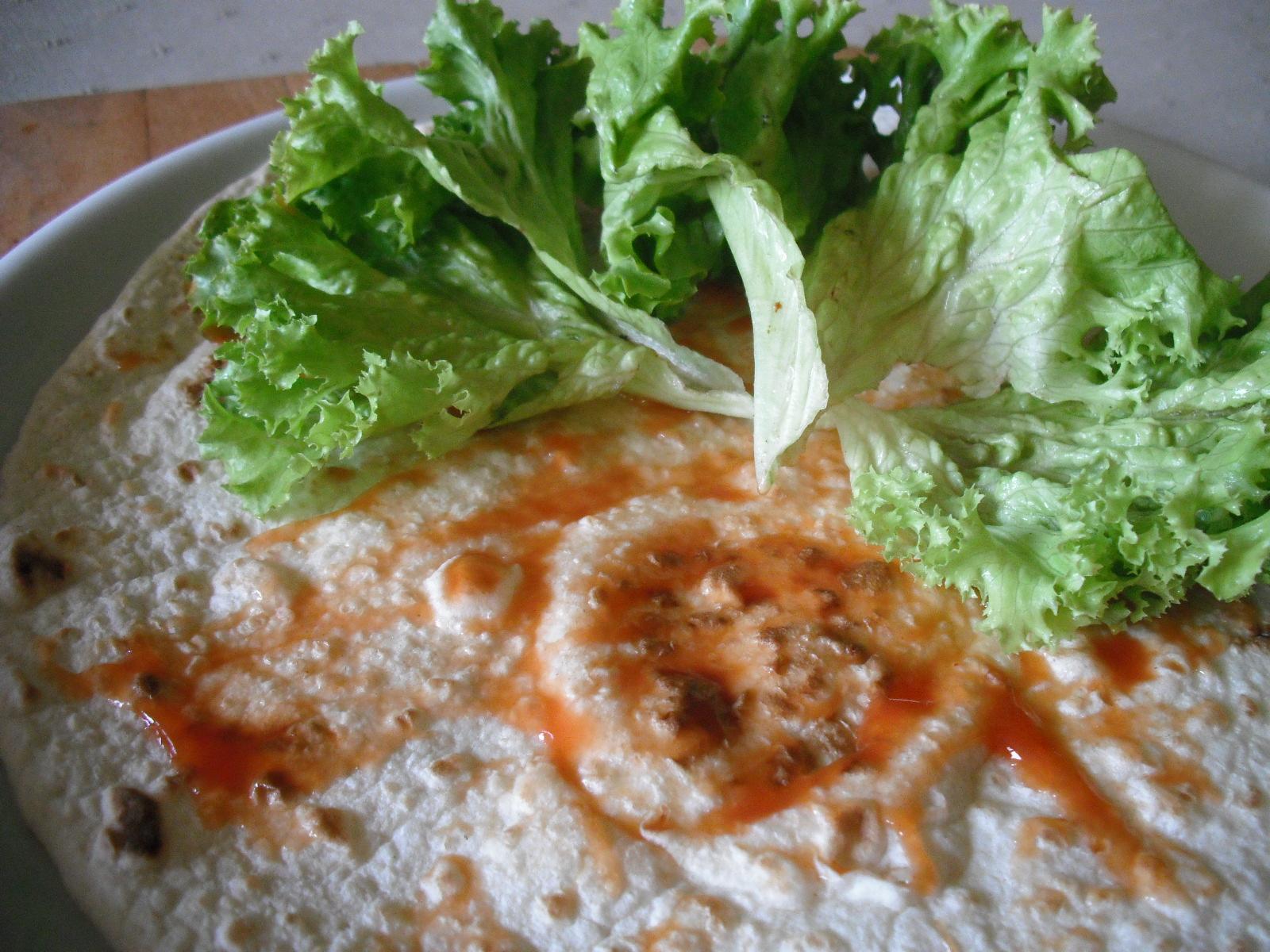 Recept Plněná tortilla - Postup plnění tortilly.