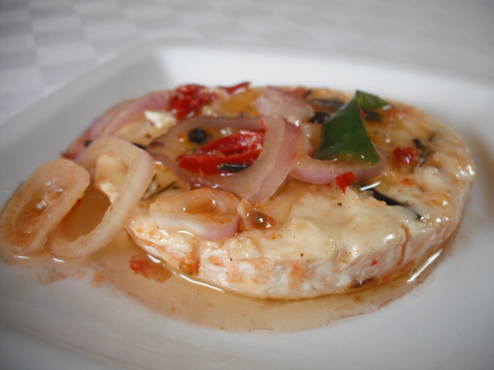 Recept Pikantní hermelín v oleji - Nakládaný pikantní hermelín podáváme s čerstvým pečivem, nebo jen tak.