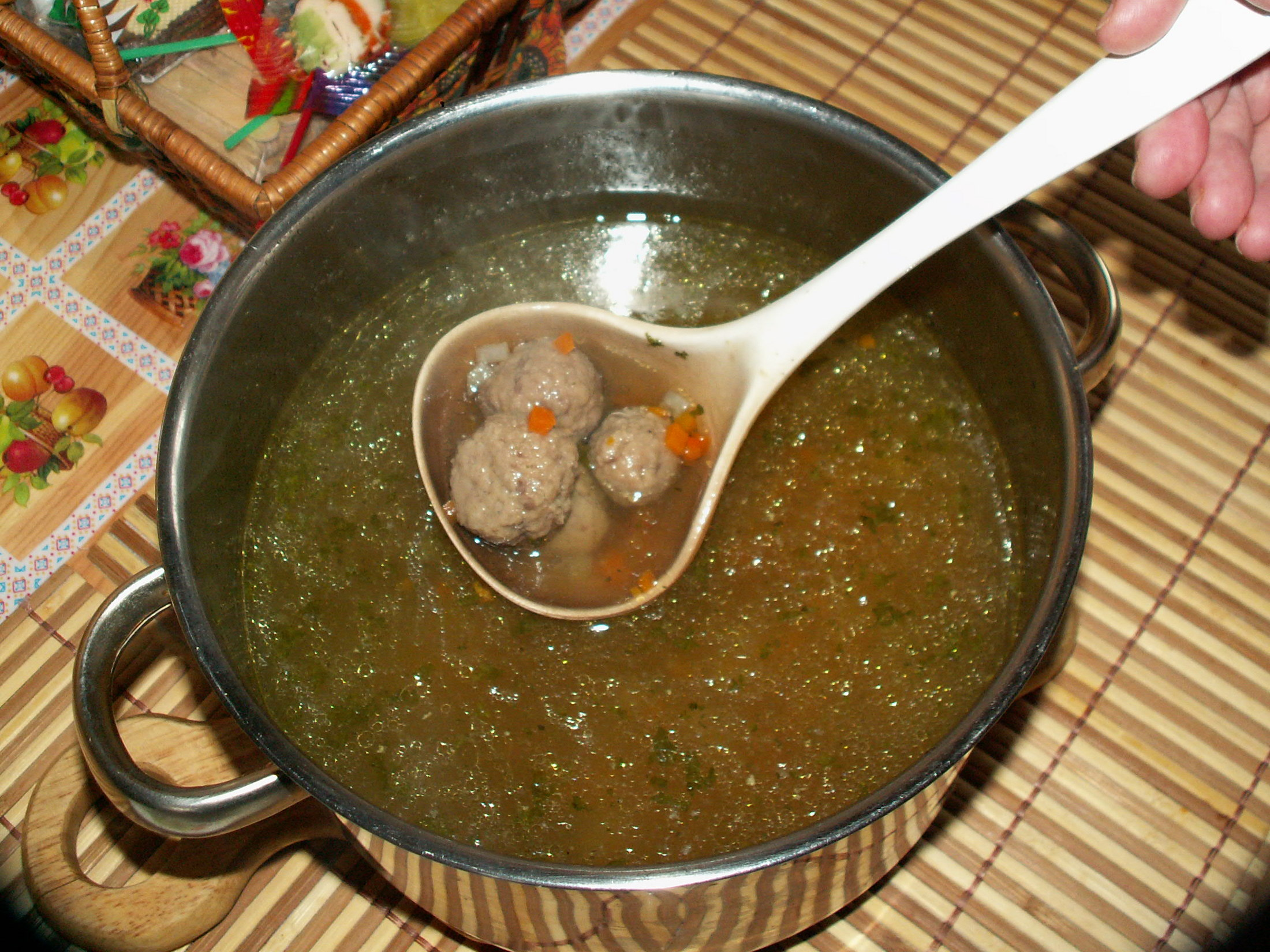 Recept Játrové knedlíčky - Polévka s játrovými knedlíčky je uvařená.
