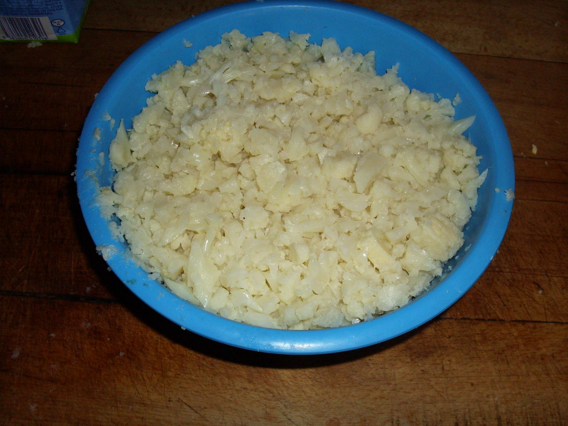 Recept Hustá květáková polévka s vejci a brambory - když jsou brambory skoro měkké přidáme květák nadrobno pokrájeny