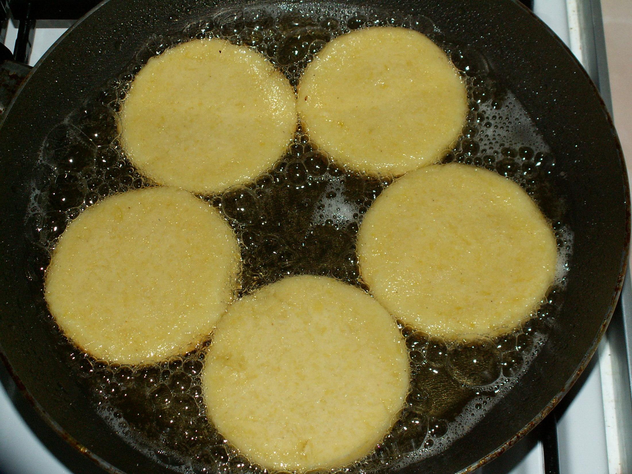 Recept Bramborové placky - Máslo nedávám. Navíc přidávám k hrubé mouce dětskou krupičku.
