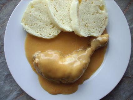 Recept Naše kuře na paprice - Kuře na paprice s houskovým knedlíkem.