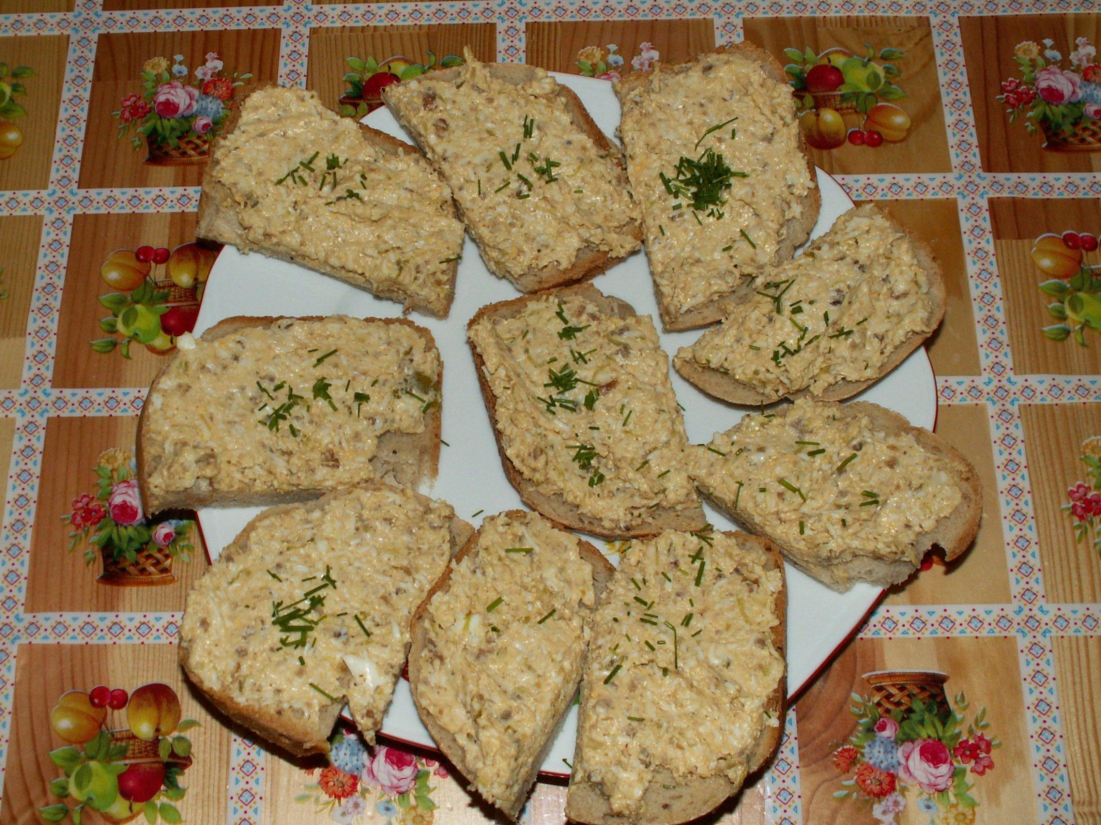 Recept Škvarková pomazánka - Pomazánka na plátkách chleba. Dozdobeno čerstvou pažitkou.