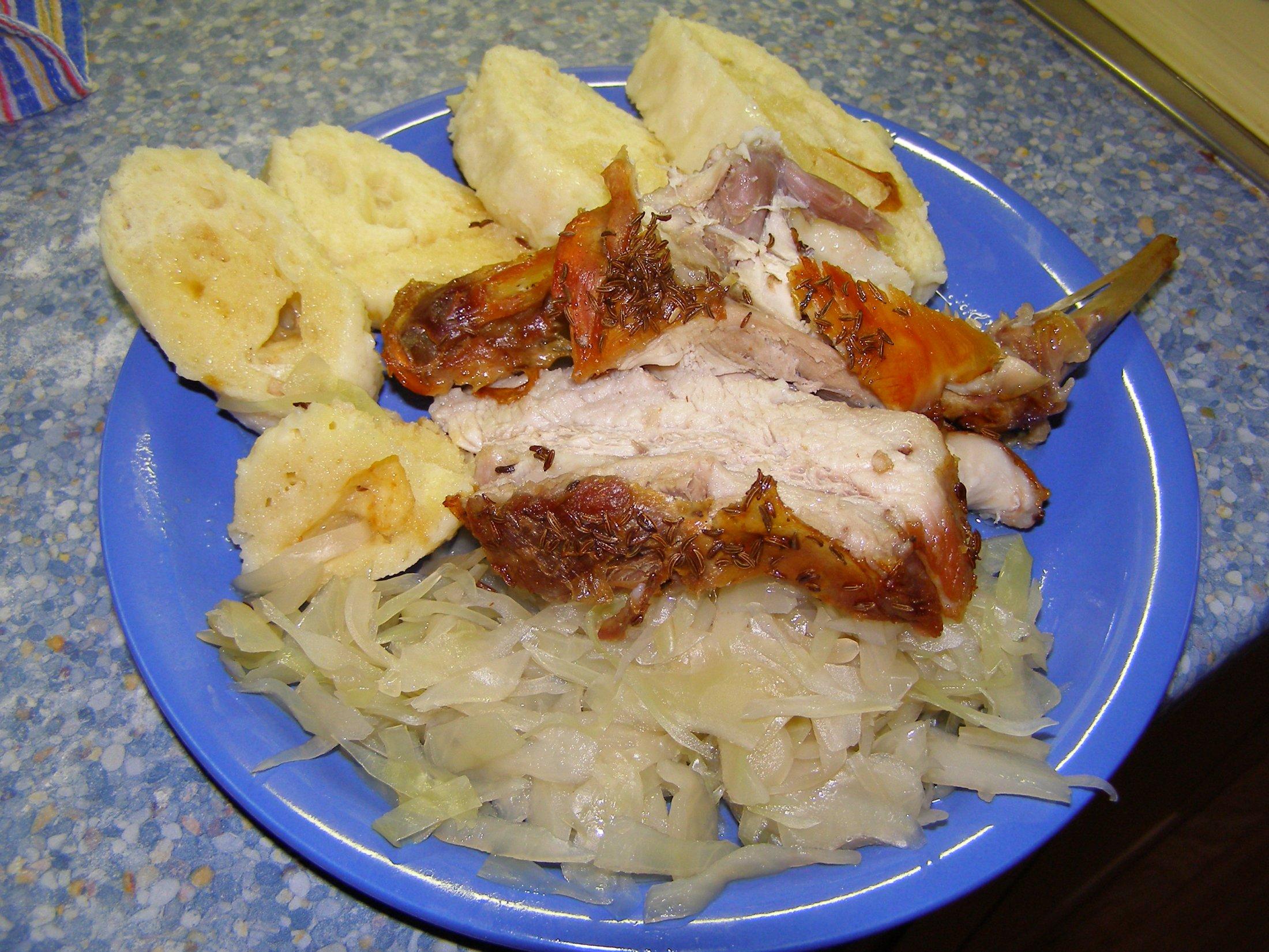Recept Pečený vepřový bůček - Vepřový bůček se zelím a domácím knedlíkem a s masem králičím.