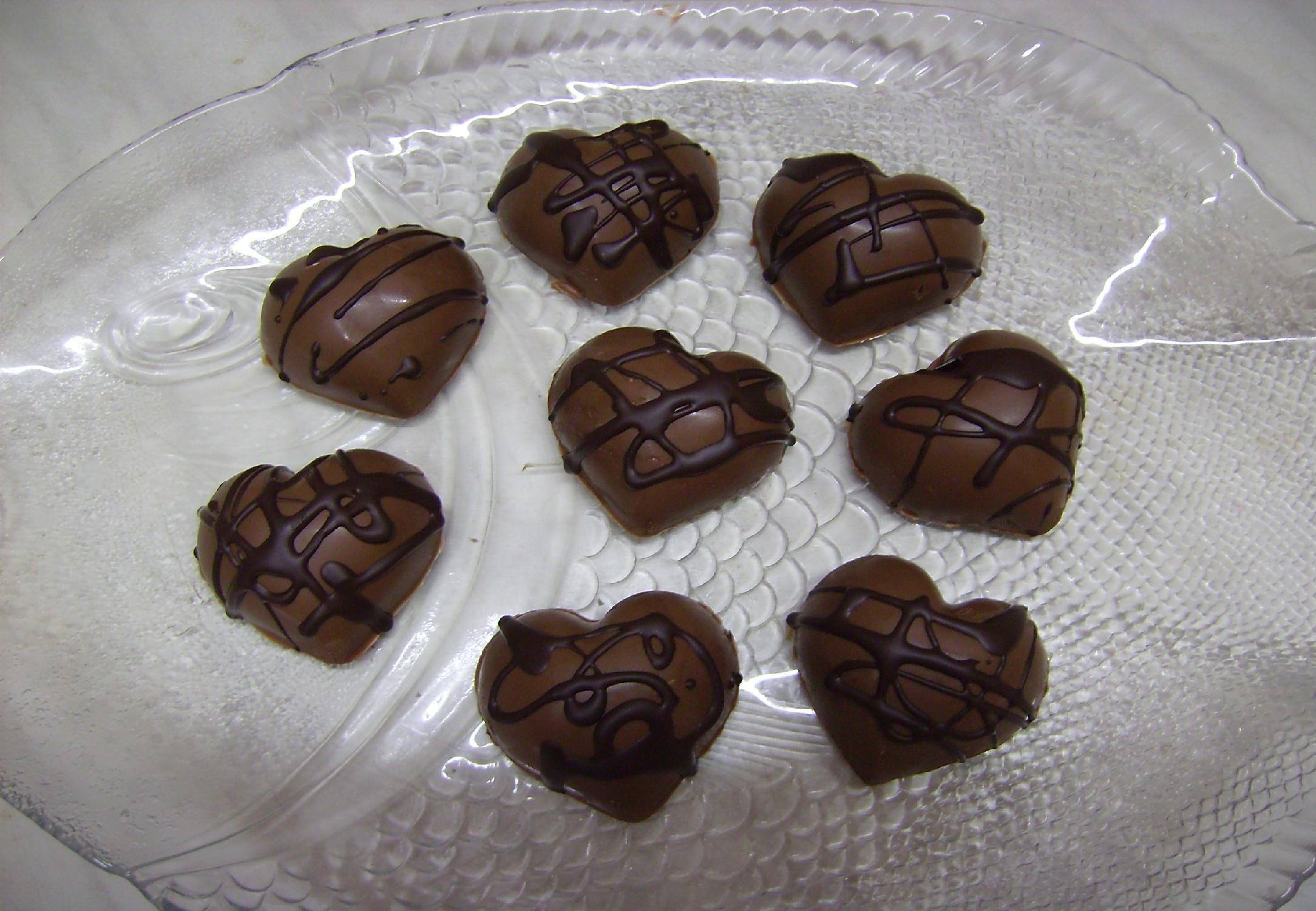 Recept Domácí čokoláda - Můžeme plnit různými krémy, oříšky, sušeným ovocem a nebo likéry.