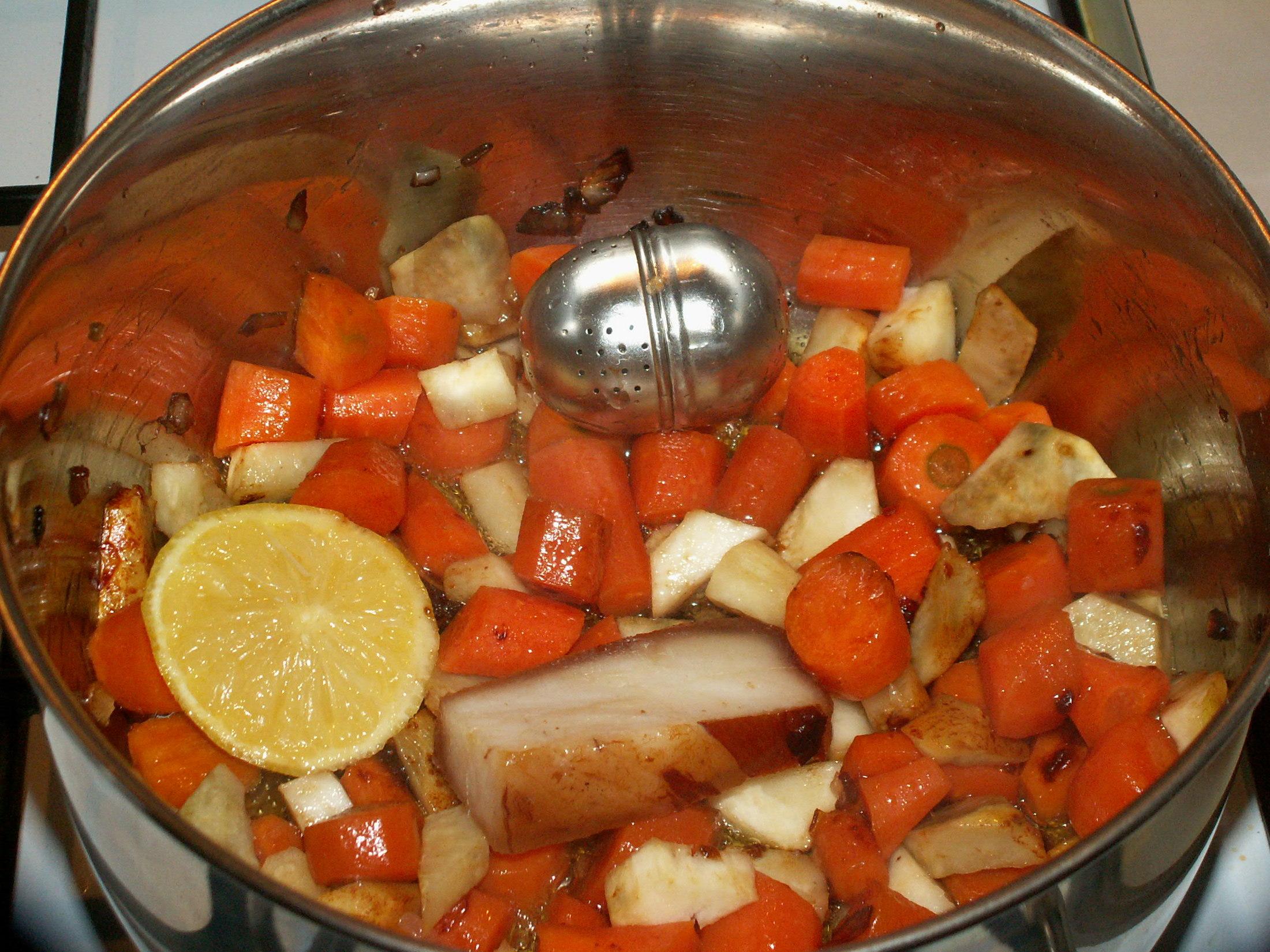 Recept Svíčková omáčka na smetaně - Slaninu jsem si orestovala se zeleninou. Maso jsem neprošpekovávala.