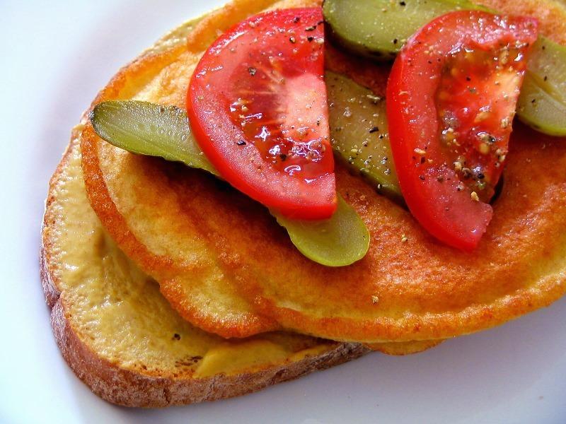 Recept Smaženka - S nakládanou okurkou a rajčaty.