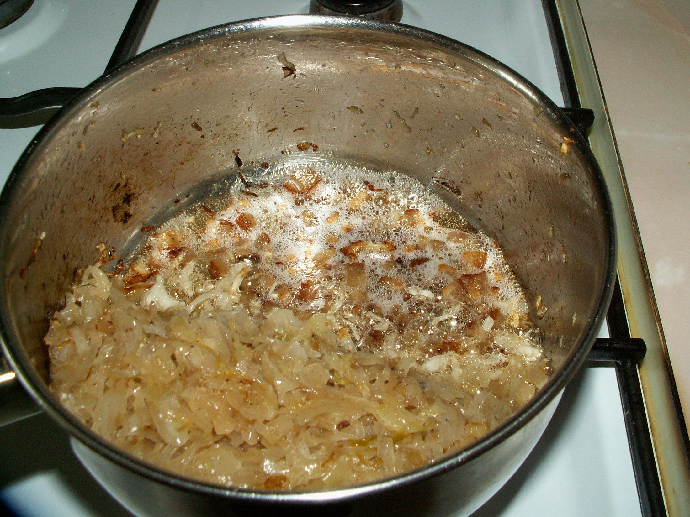 Recept Těstoviny se zelím a anglickou slaninou - Čerstvé zelí jsem nahradila kysaným a restovala jsou ho na jedné polovině kastrolu a na druhé jsem si hned rozpékala slaninu.