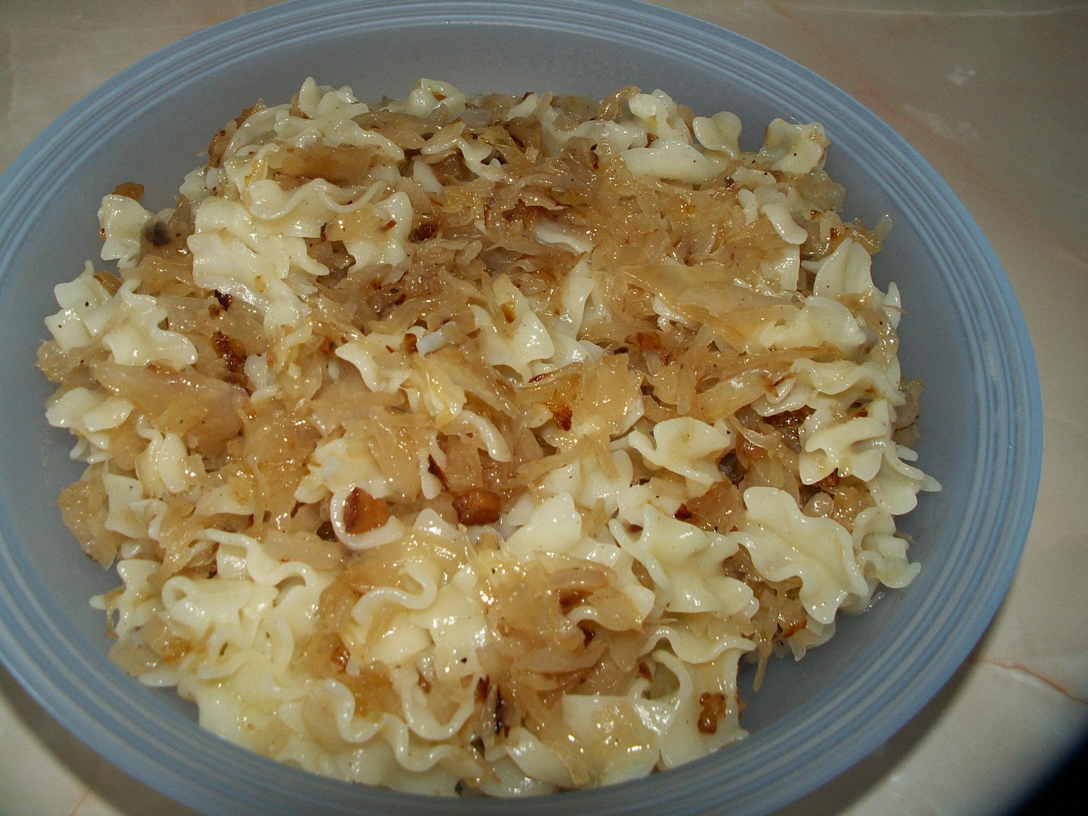 Recept Těstoviny se zelím a anglickou slaninou - Naservírované a již  smíchané to celé rodince moc chutnalo.