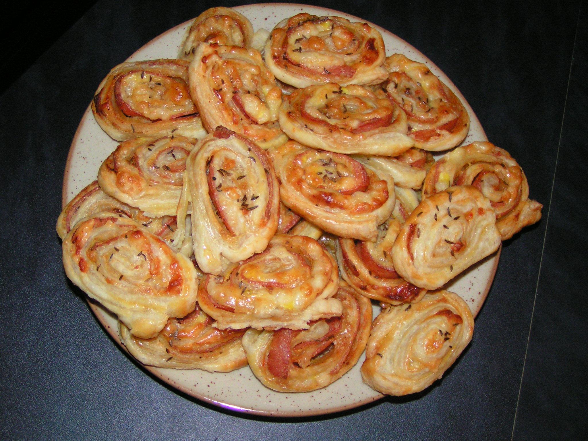 Recept Šneci z listového těsta - Výborná rychlá chuťovka, náplně lze různě kombinovat.