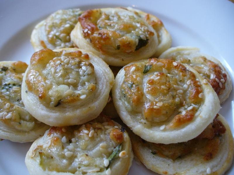 Recept Šneci z listového těsta - Šnečci - s různými druhy sýra a bylinek.
