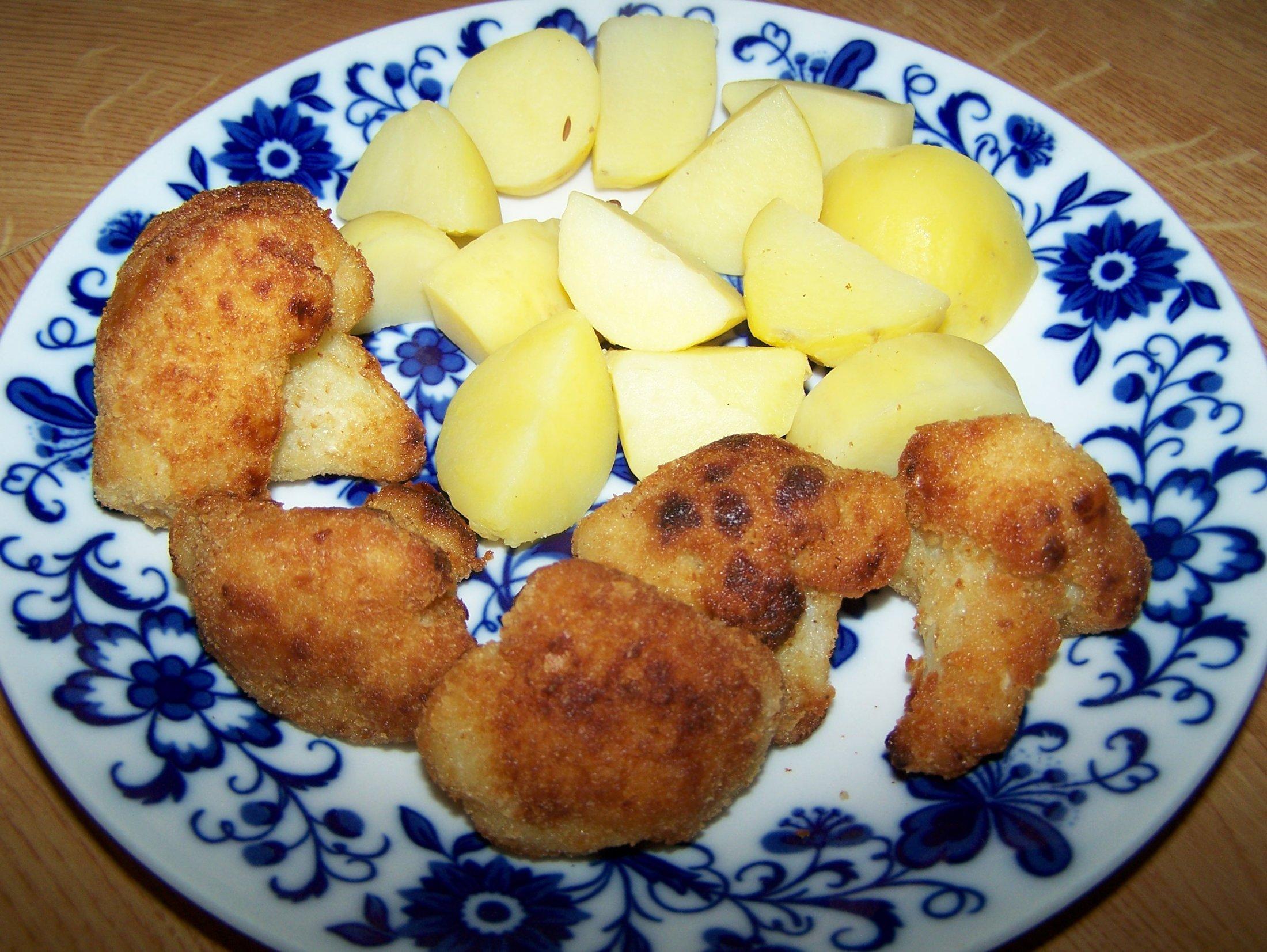 Recept Smažený květák - Hotový smažený květák podáváme s brambory.