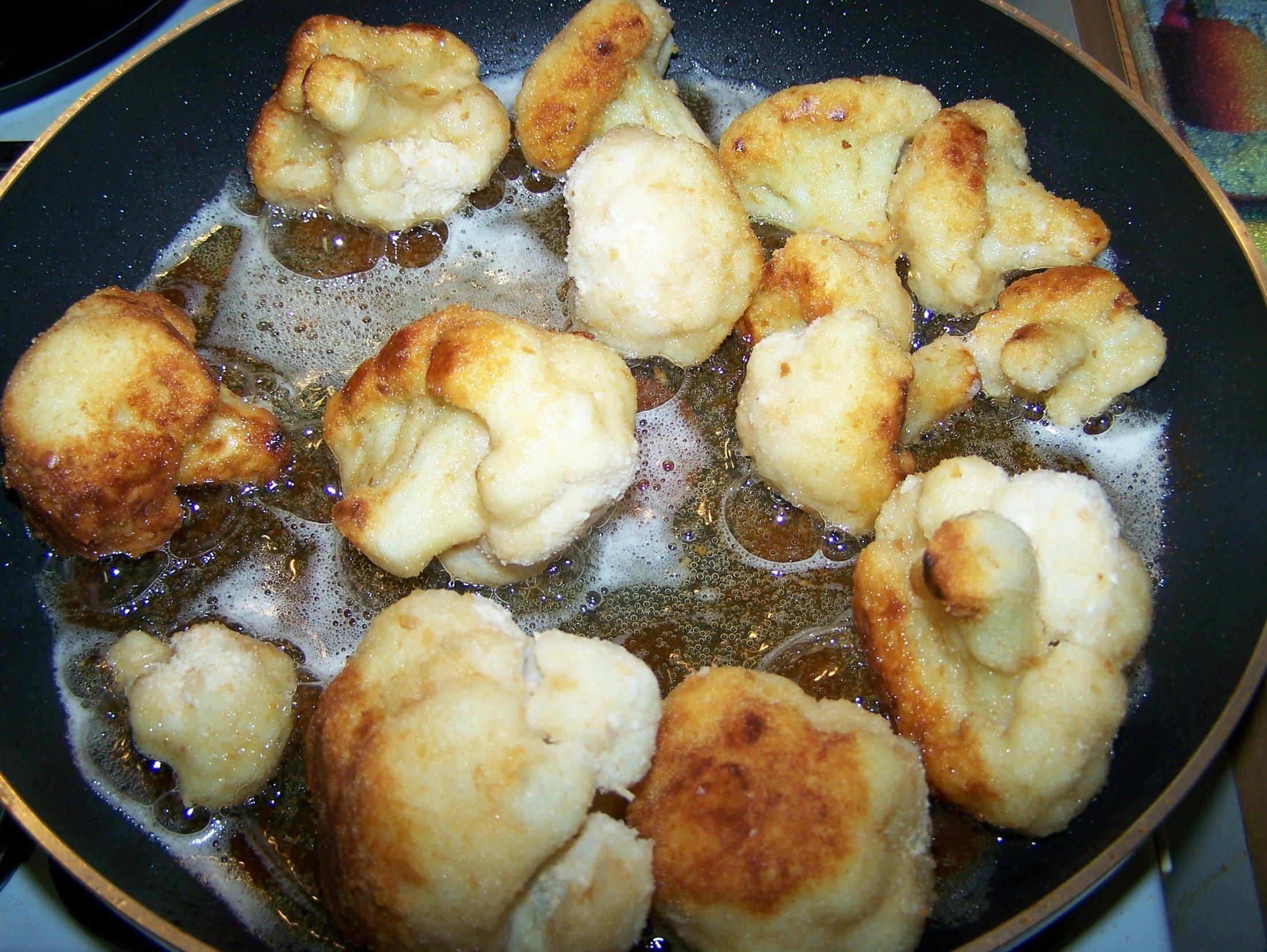 Recept Smažený květák - Osmažíme ho dozlatova v rozpáleném oleji.