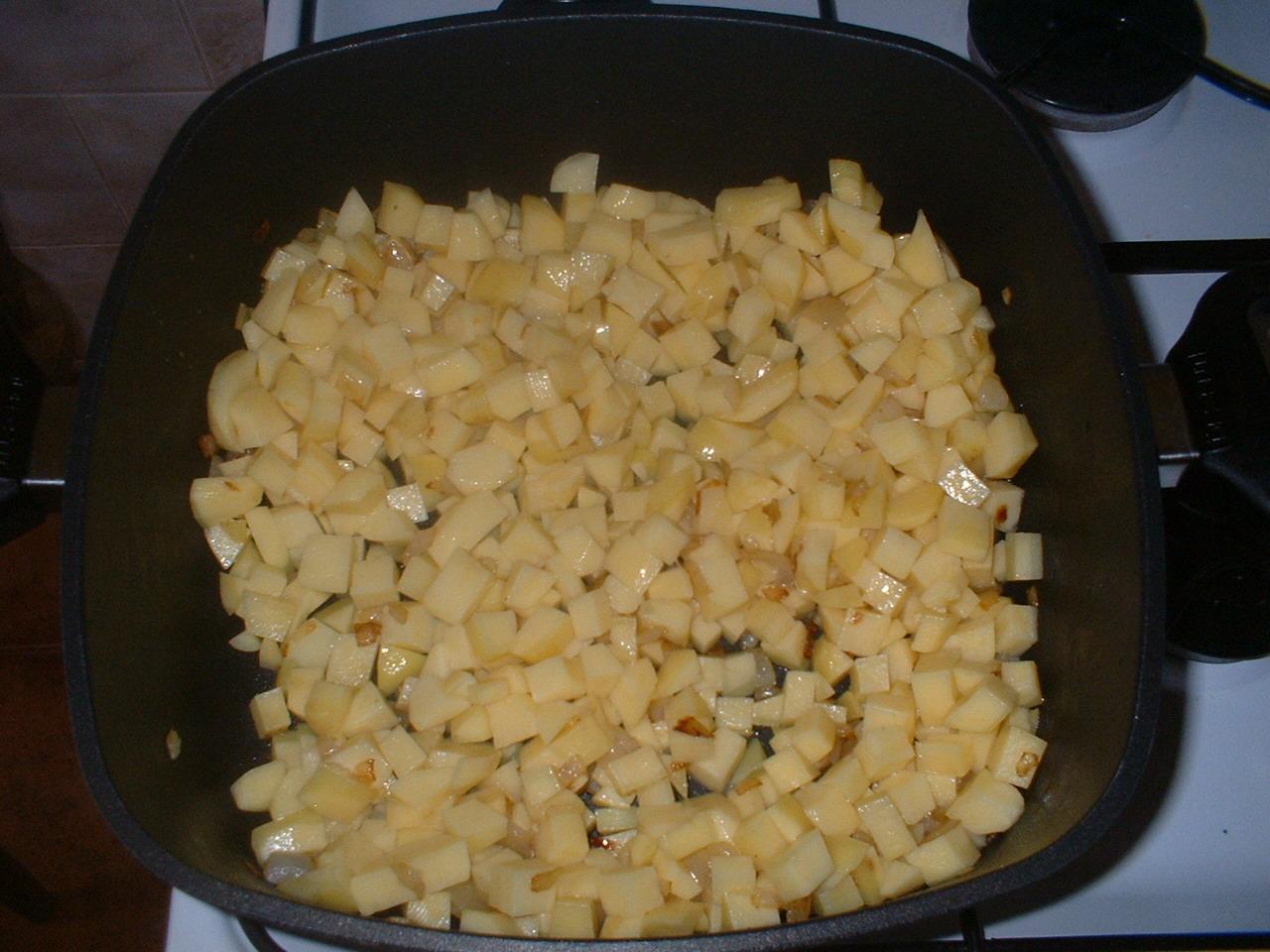 Recept Buřtguláš - Osmažíme cibulku a brambory.