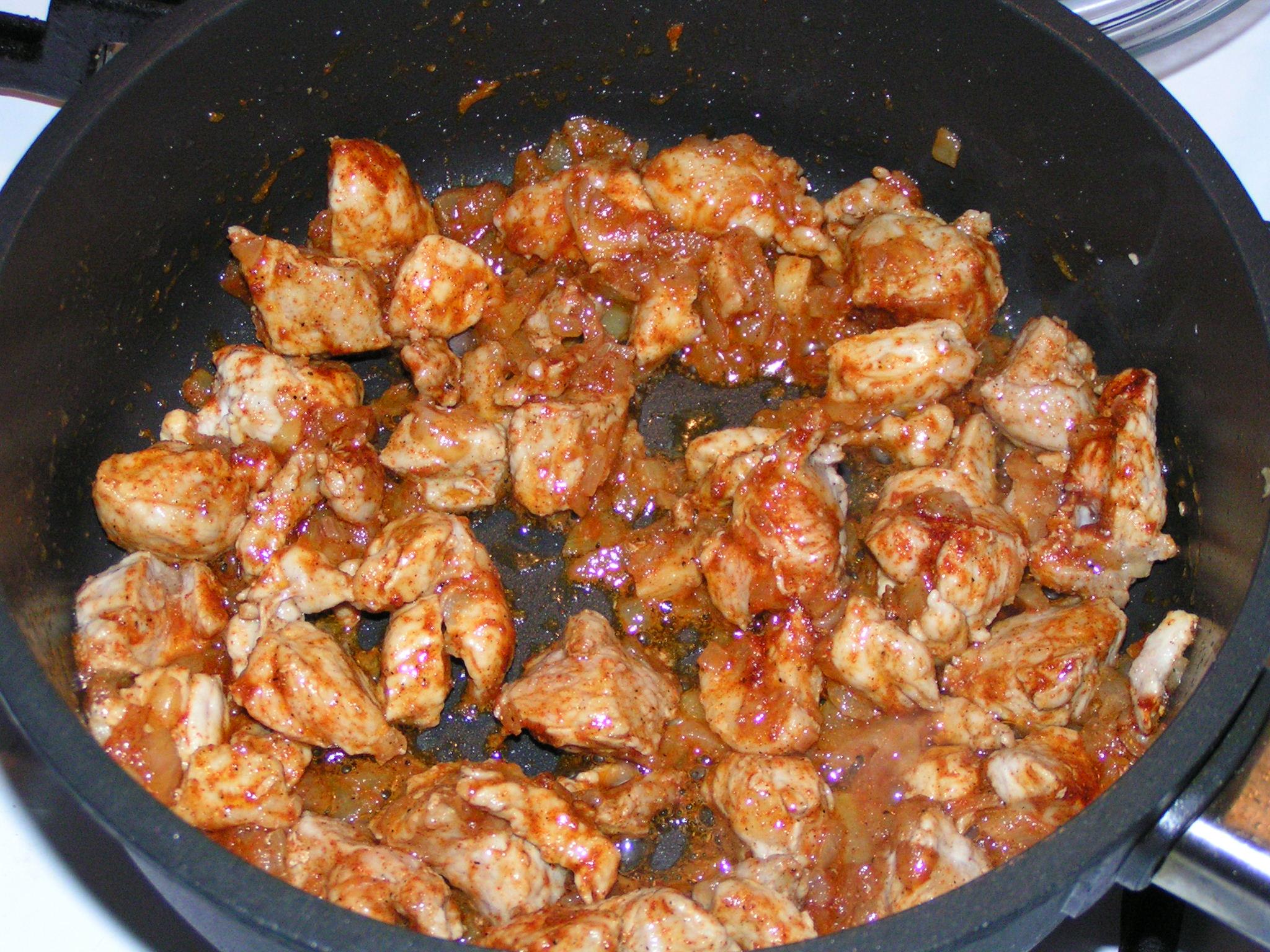 Recept Maďarský guláš 1 - Maso se již zatáhlo, přidáme papriku a česnek a restujeme.