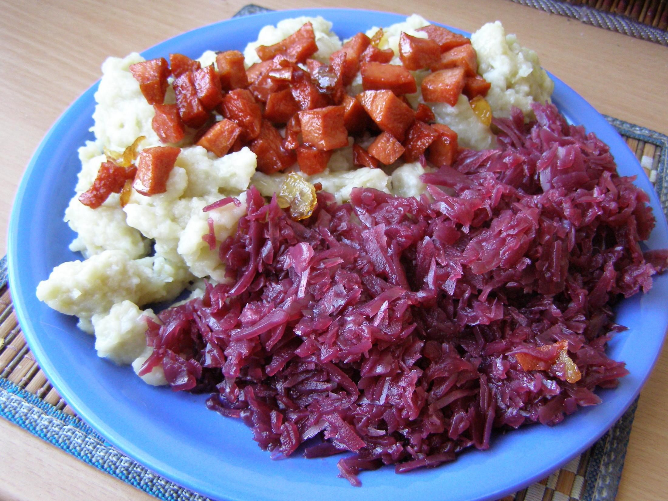 Recept Chlupaté knedlíky se zelím - Chlupaté knedlíky se zelím a osmaženým salámem.