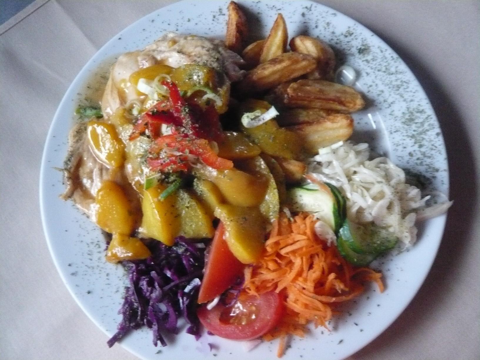 Recept Kuřecí prsa s broskví a sýrem - Kuřecí s broskví, pečenými brambory a zeleninovou oblohou.