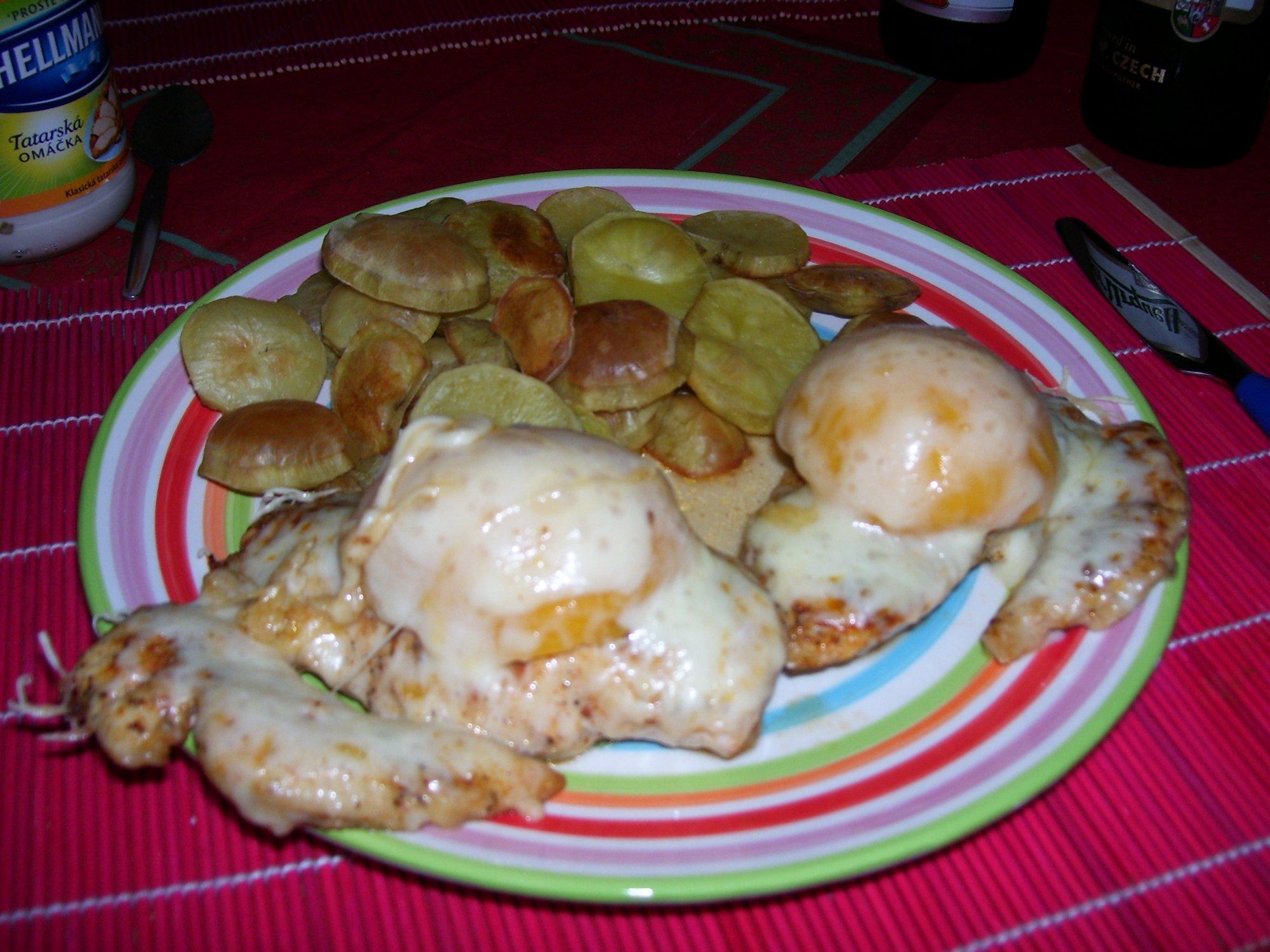 Recept Kuřecí prsa s broskví a sýrem - Je to opravdu mňamka, my jsme si ji dali s našimi oblíbenými nasucho pečenými bramborami.