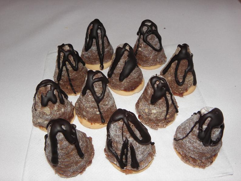 Recept Vosí hnízda - Vosí hnízda zdobená čokoládou.