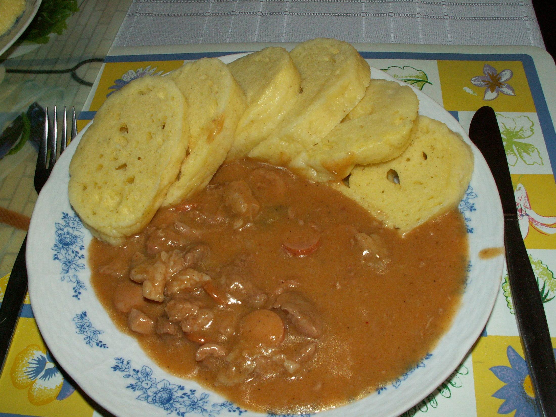 Recept Maďarský vepřový guláš - Gulášek si vždy na konec dochutíme malými kolečky debrecínského párku.