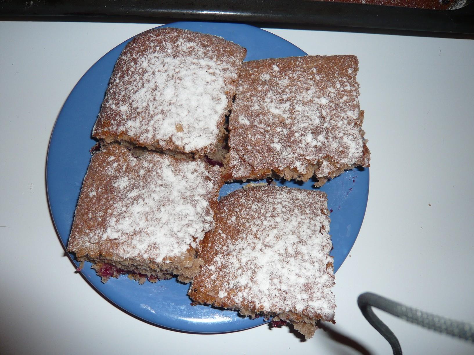 Recept Levná perníková buchta - Perníková buchta naporcovaná a posypaná cukrem.