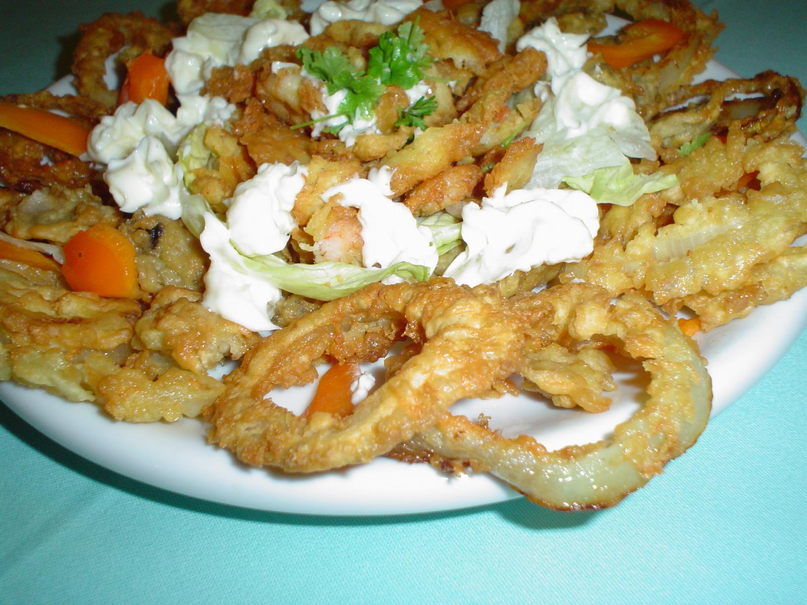 Smažené krevety a cibulové kroužky