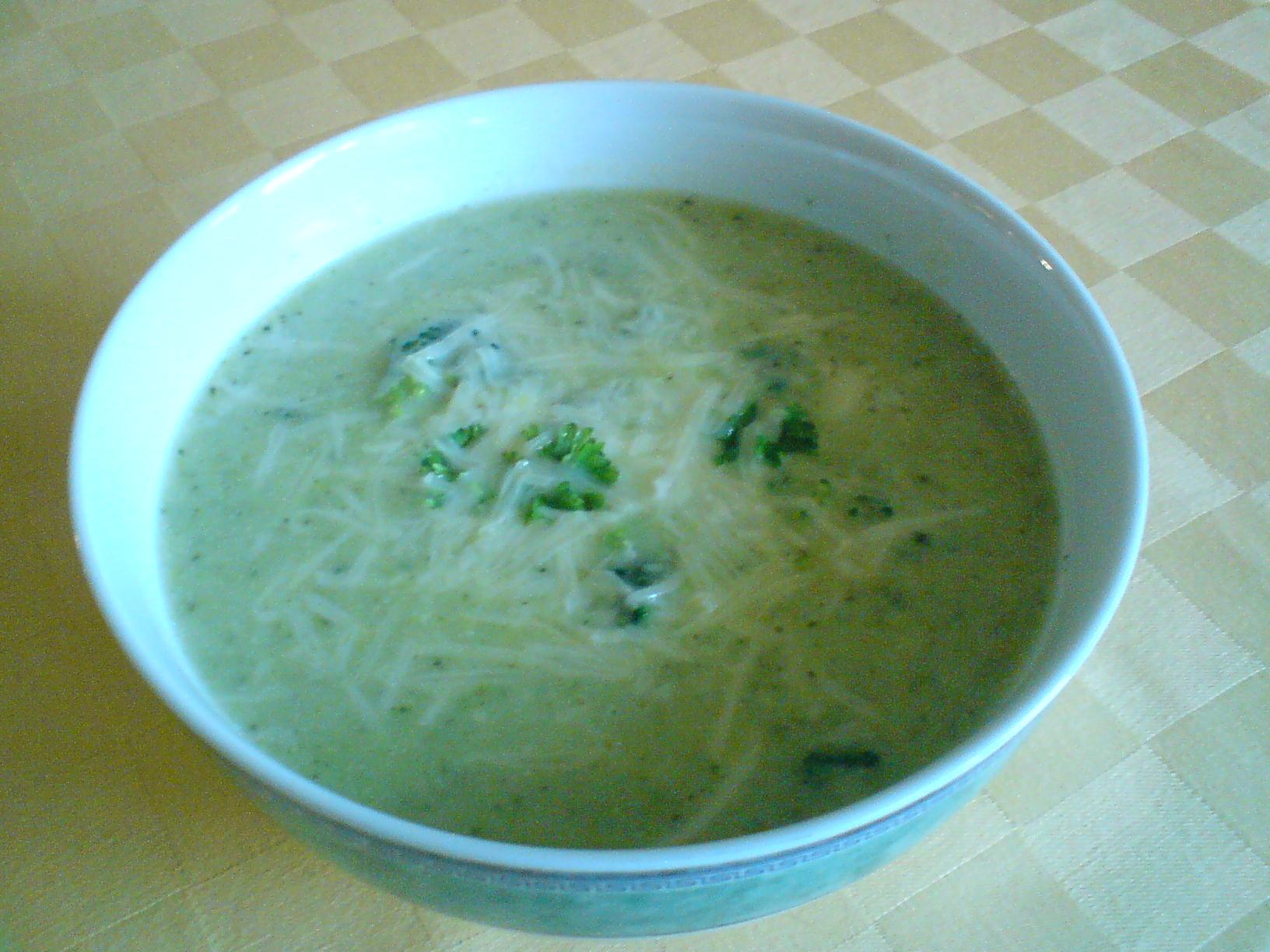 Brokolicová polévka se smetanou a sýrem