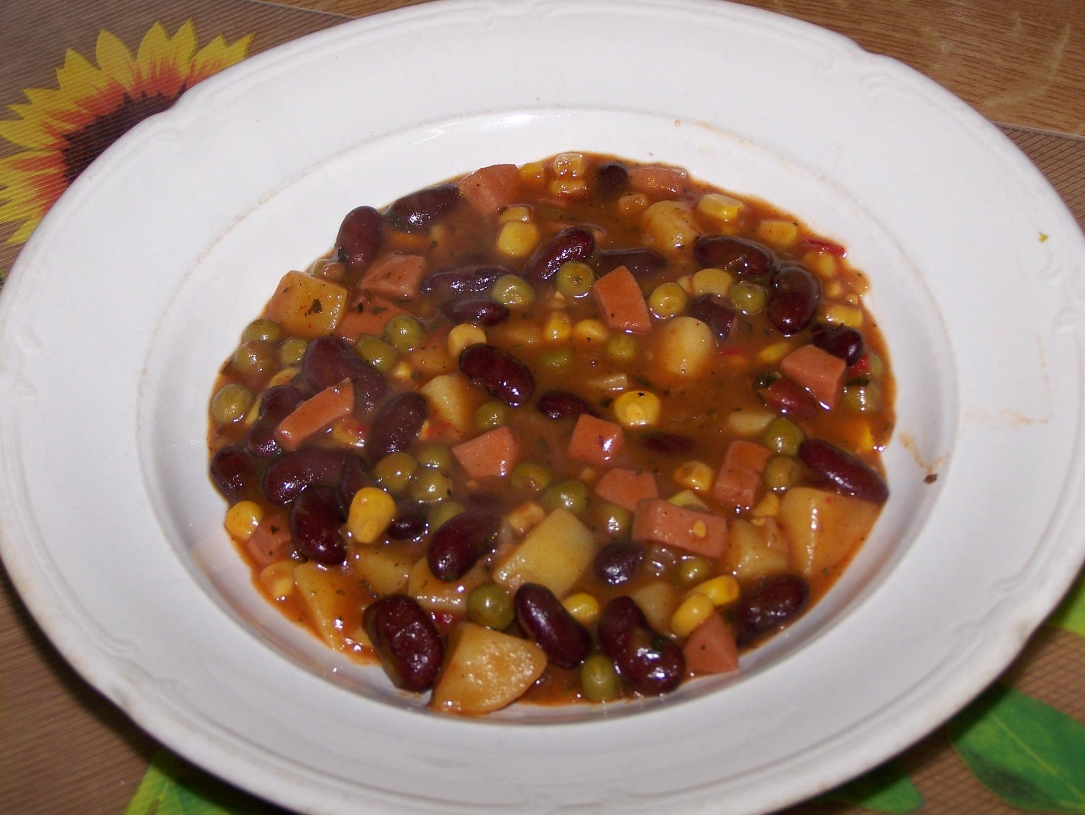 Fazolový guláš s bramborami, uzeninou a zeleninou