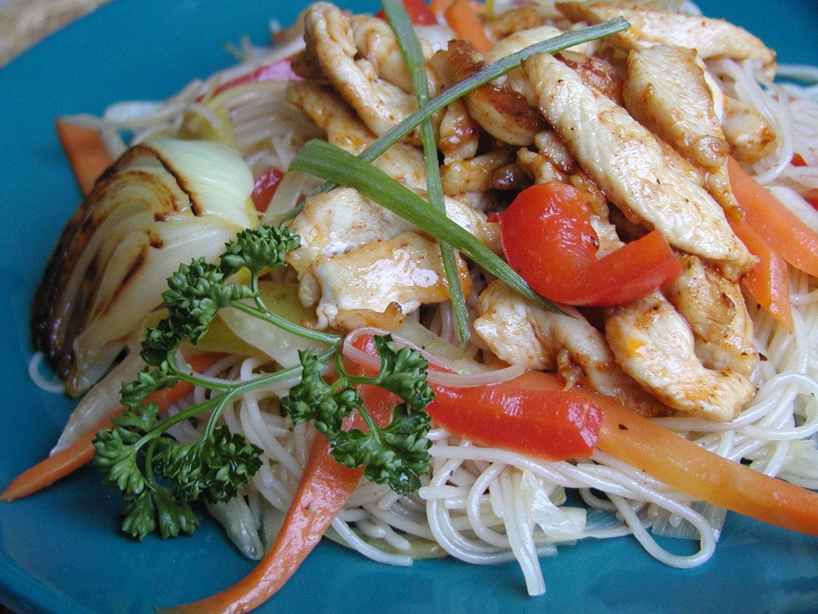 Rýžové nudle se zeleninou a kuřecími nudličkami