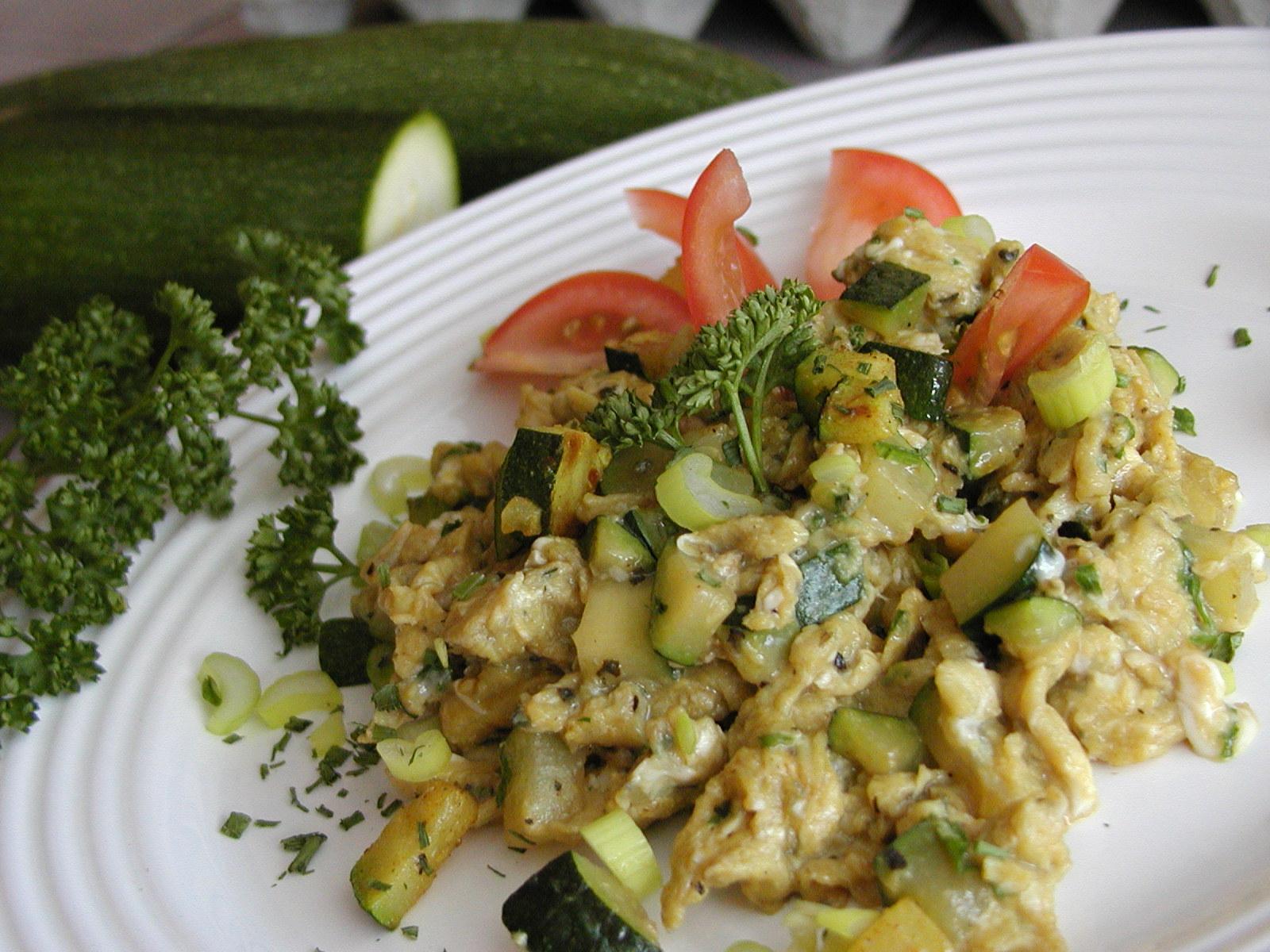 Fotografie receptu: Míchaná vajíčka s bylinkami a cuketou