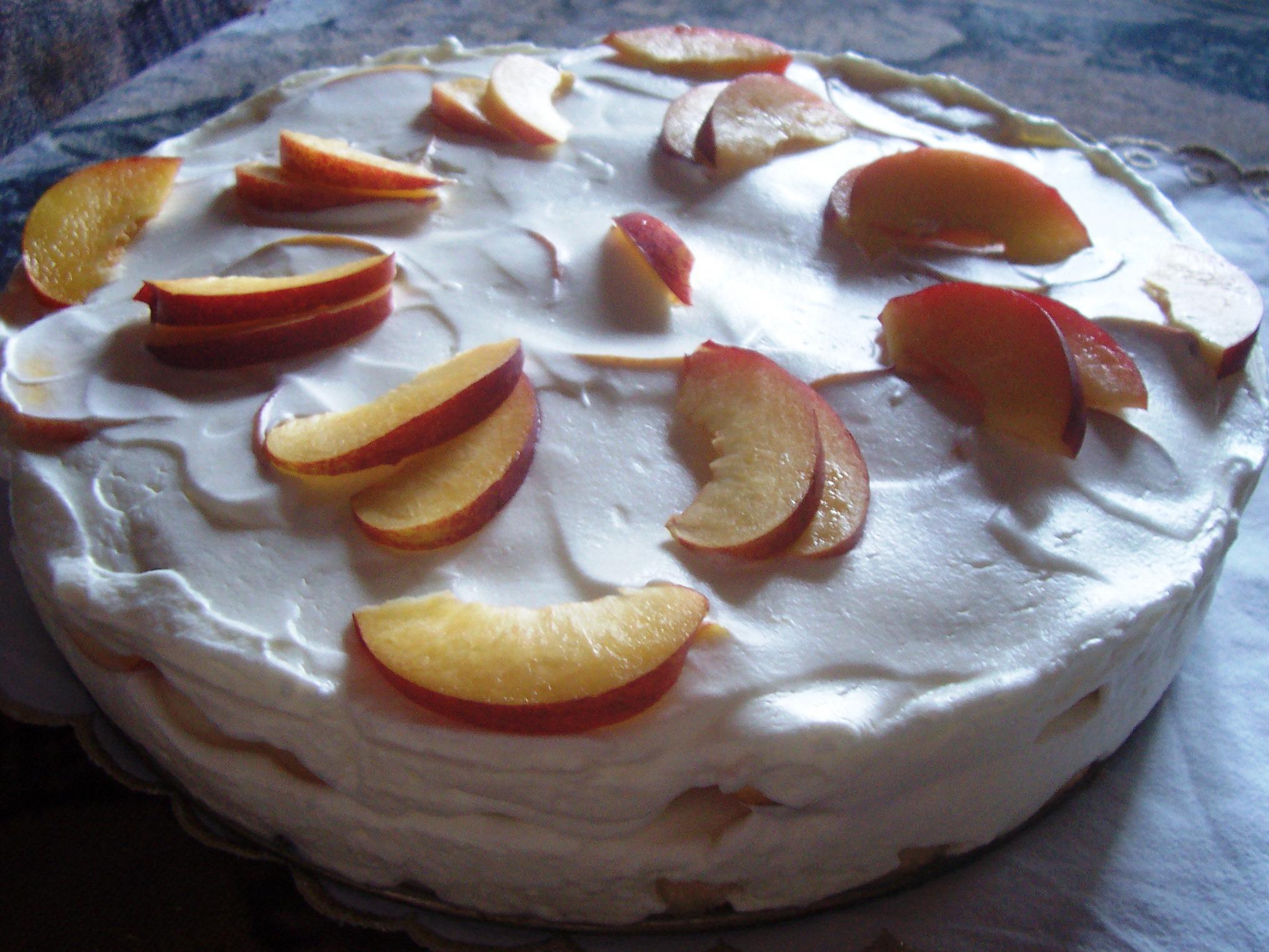 Piškotový dort s nektarinkami