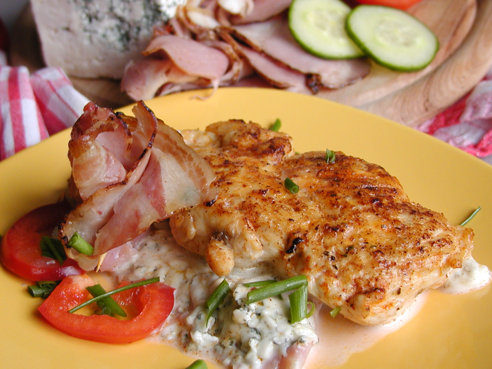 Kuřecí na slanině a nivě