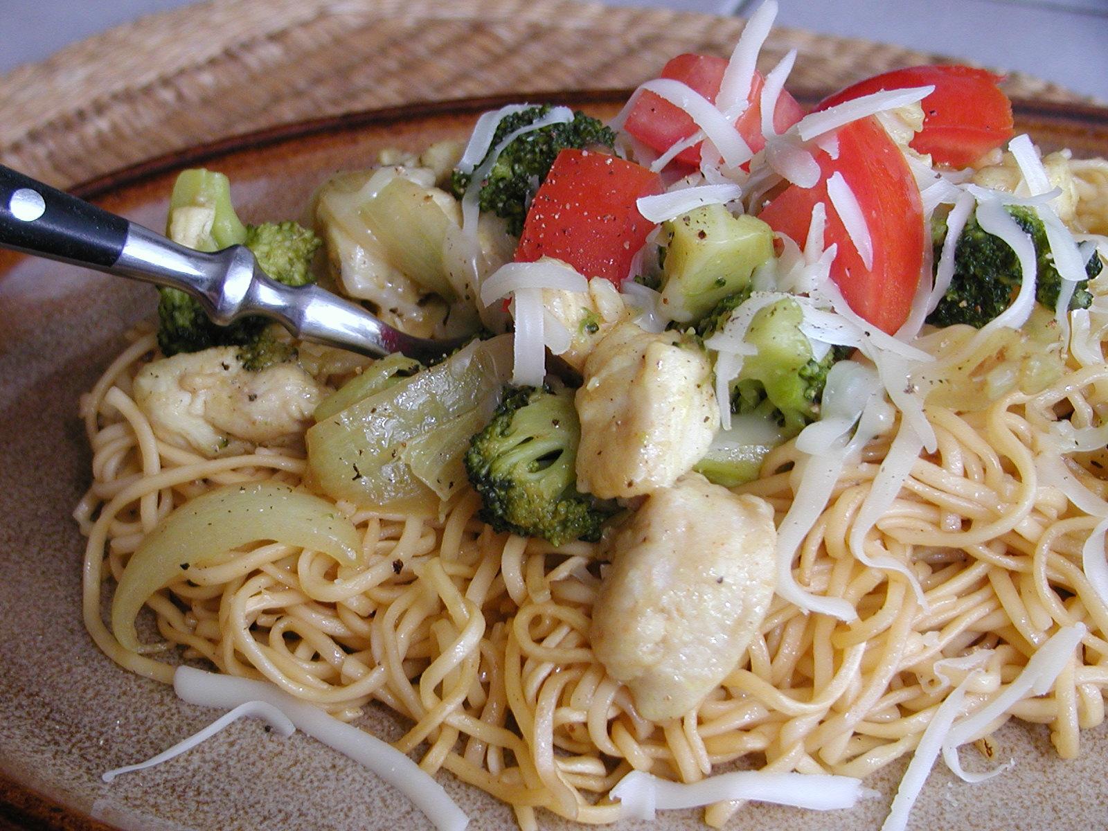 Čínské nudle s kuřecím a brokolicí