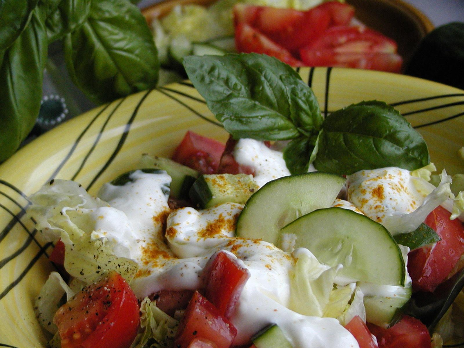 Fotografie receptu: Salát s kari a bazalkou
