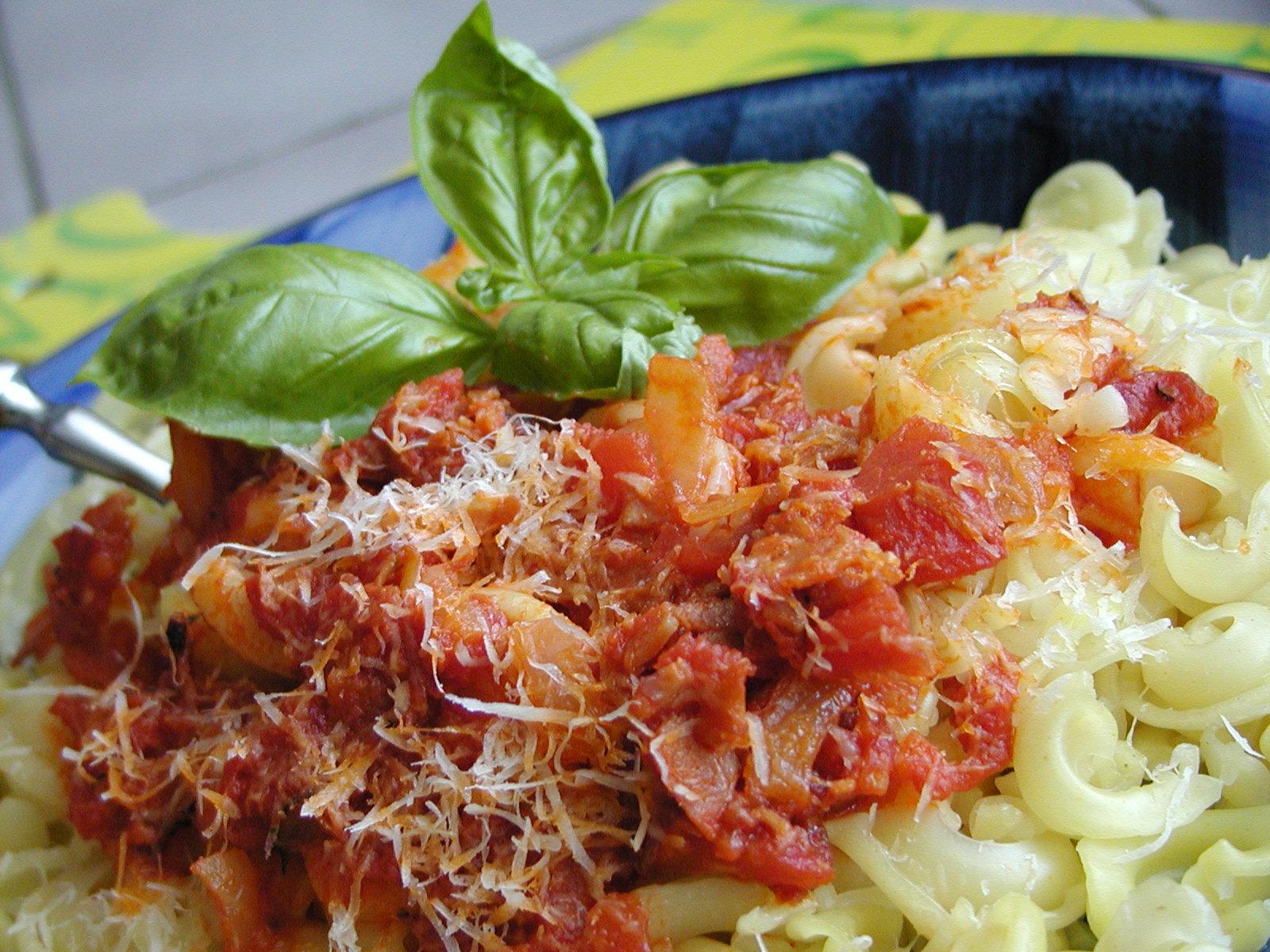 Těstoviny s rajčaty a slaninou