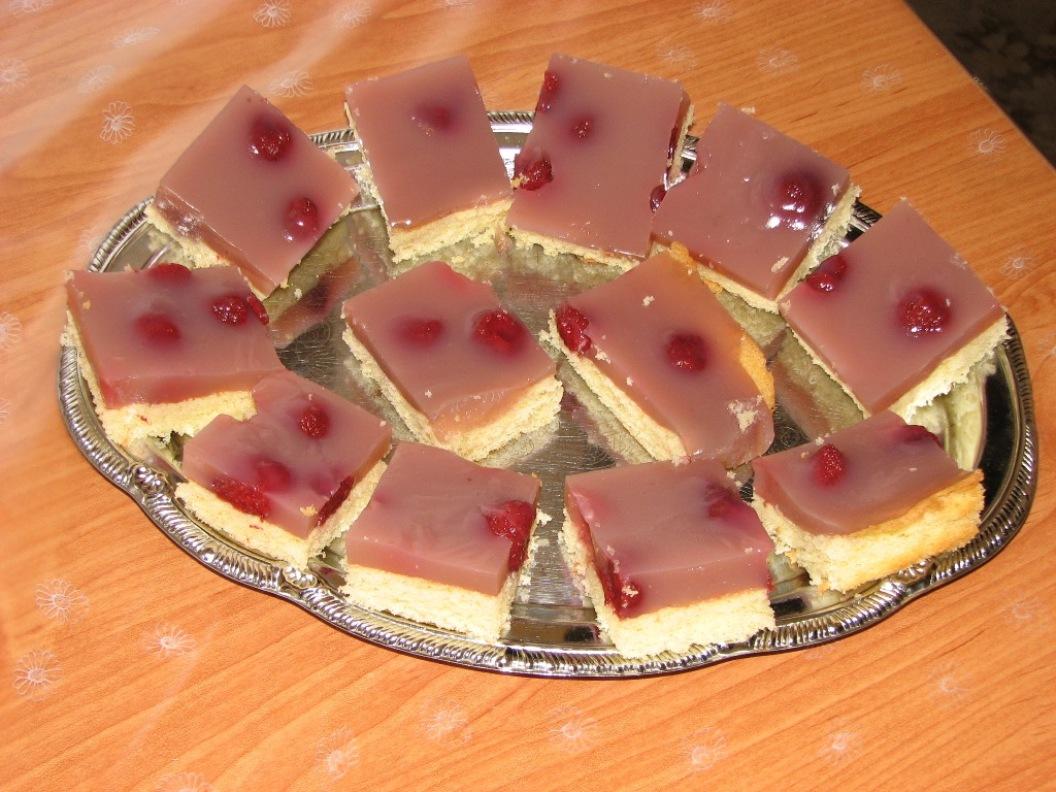 Fotografie receptu: Piškotová buchta s ovocem a želé