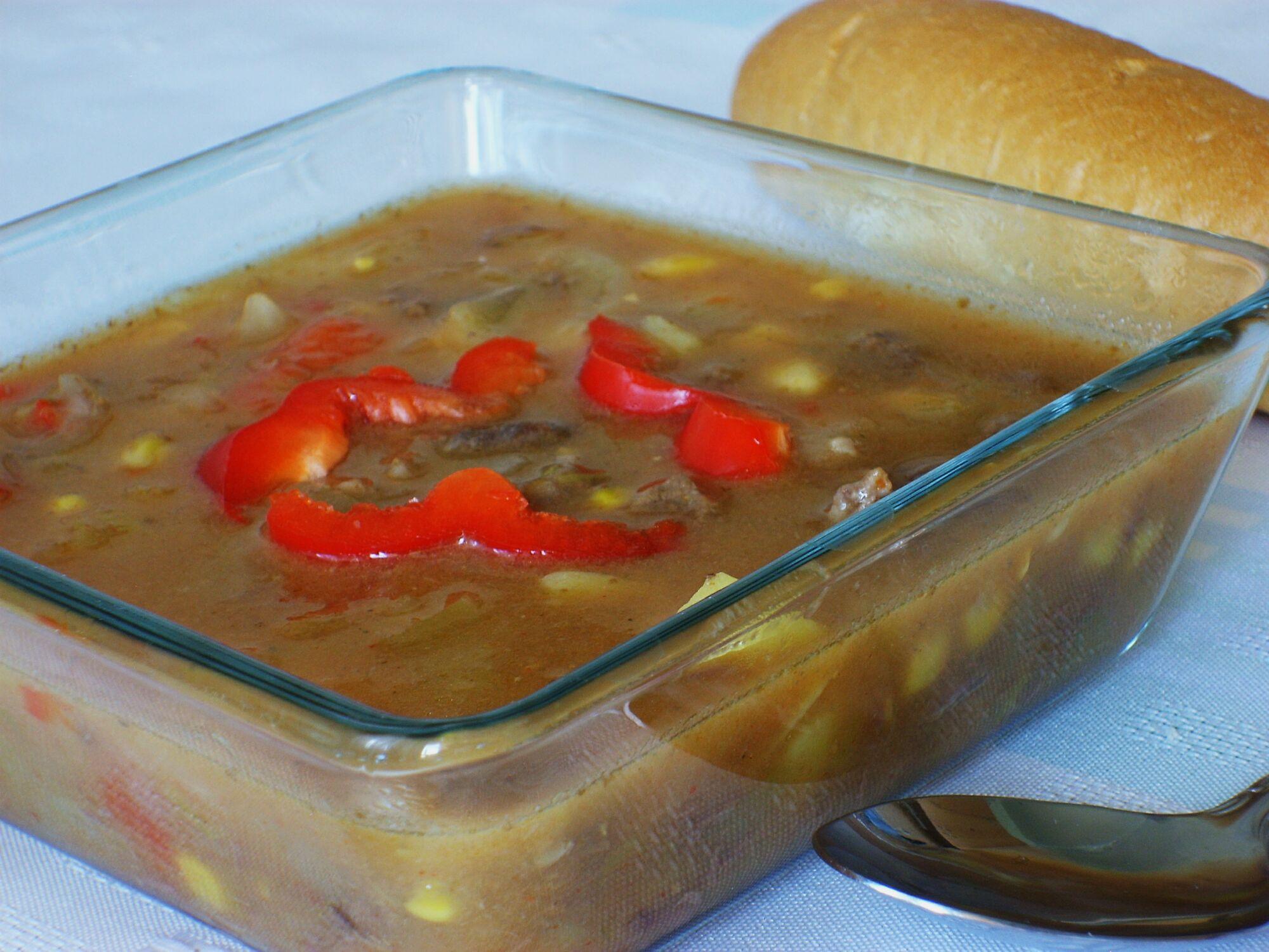 Gulášová polévka s kukuřici