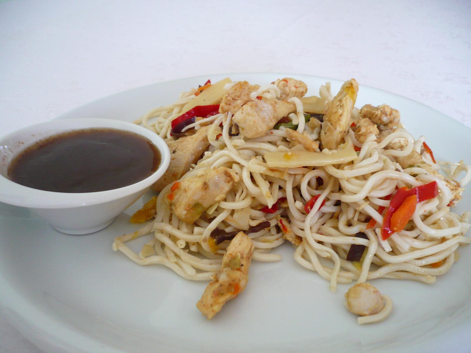 Špagety s kuřecím masem na čínský způsob