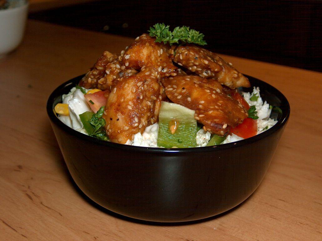 Salát s kuřecím masem a sezamem