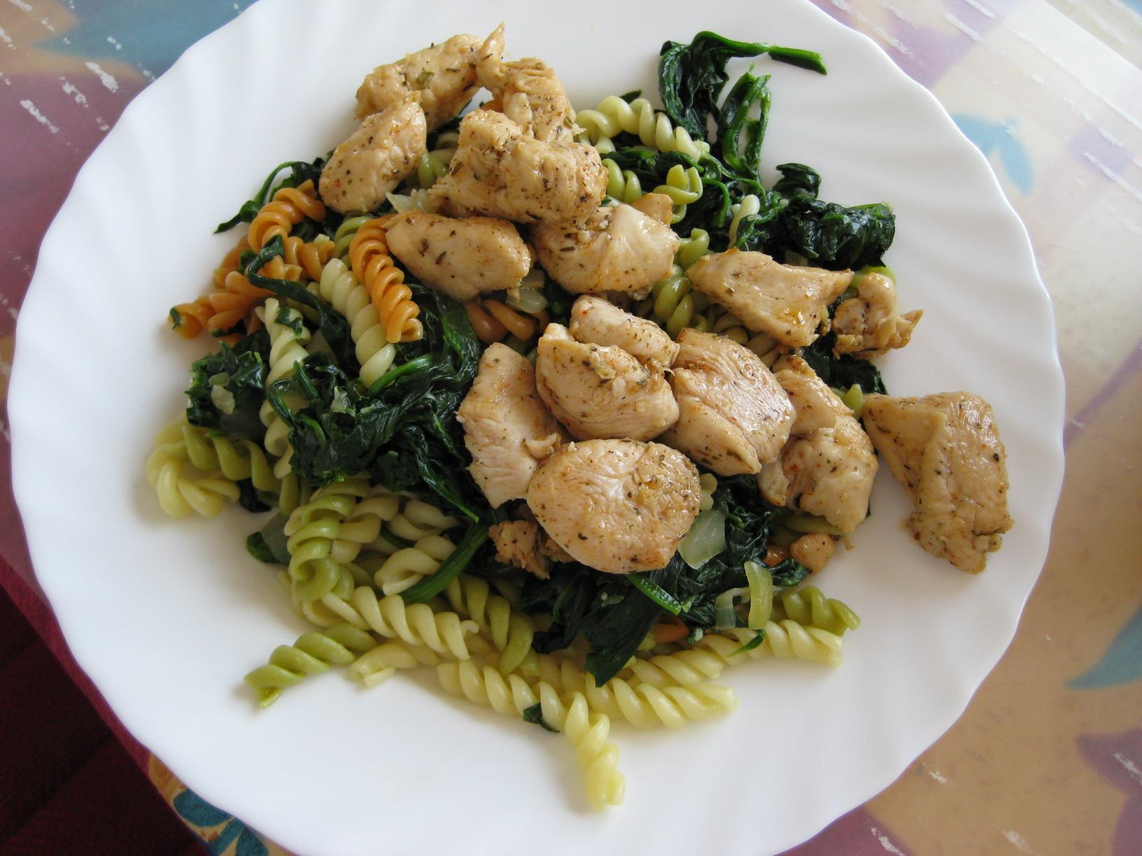 Lehké těstoviny se špenátem a kuřecím masem