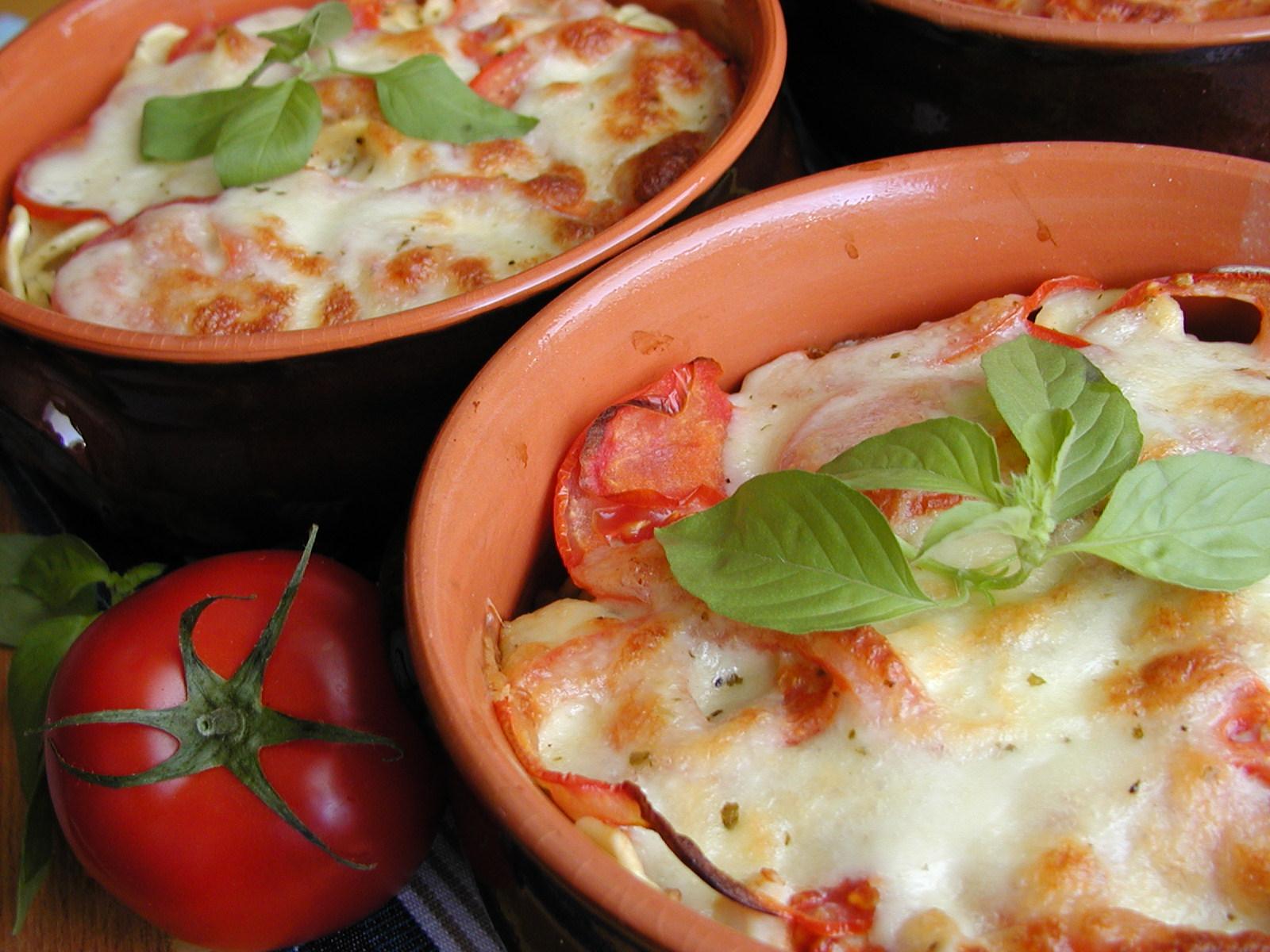 Těstoviny zapečené s kuřecím masem a mozzarellou