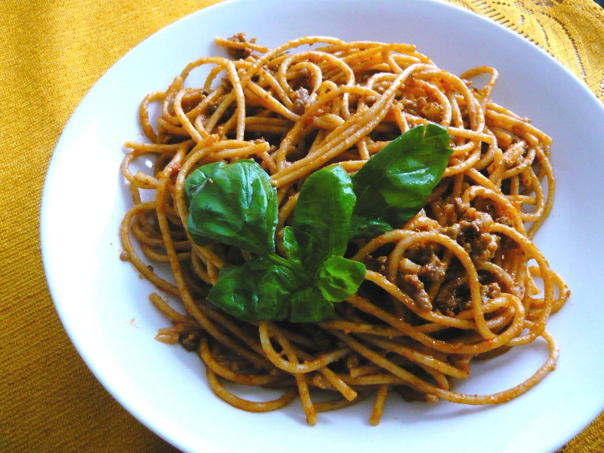 Celozrnné špagety s mletým a čertovskou omáčkou