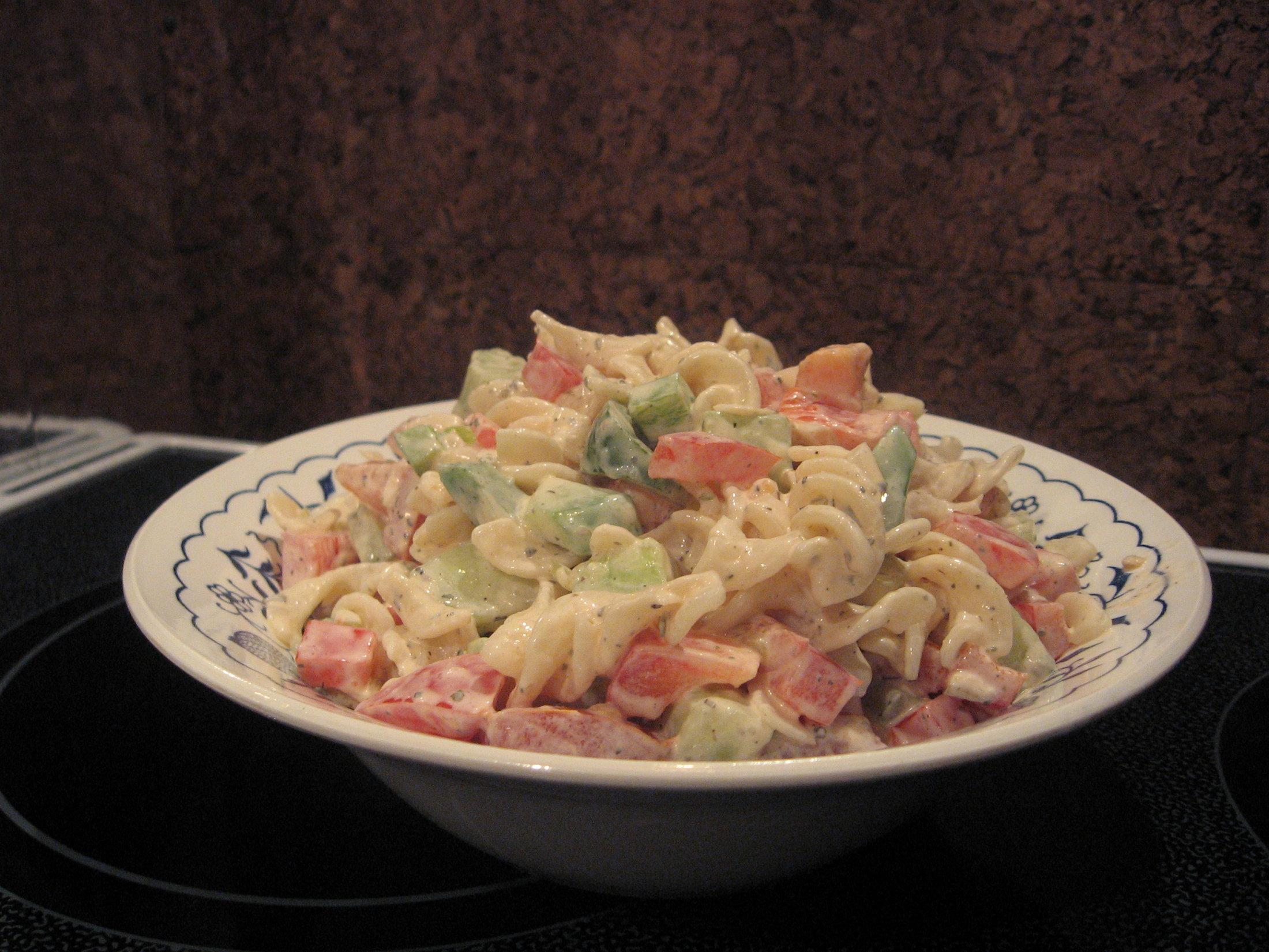 Fotografie receptu: Těstovinový salát se zeleninou a bazalkou