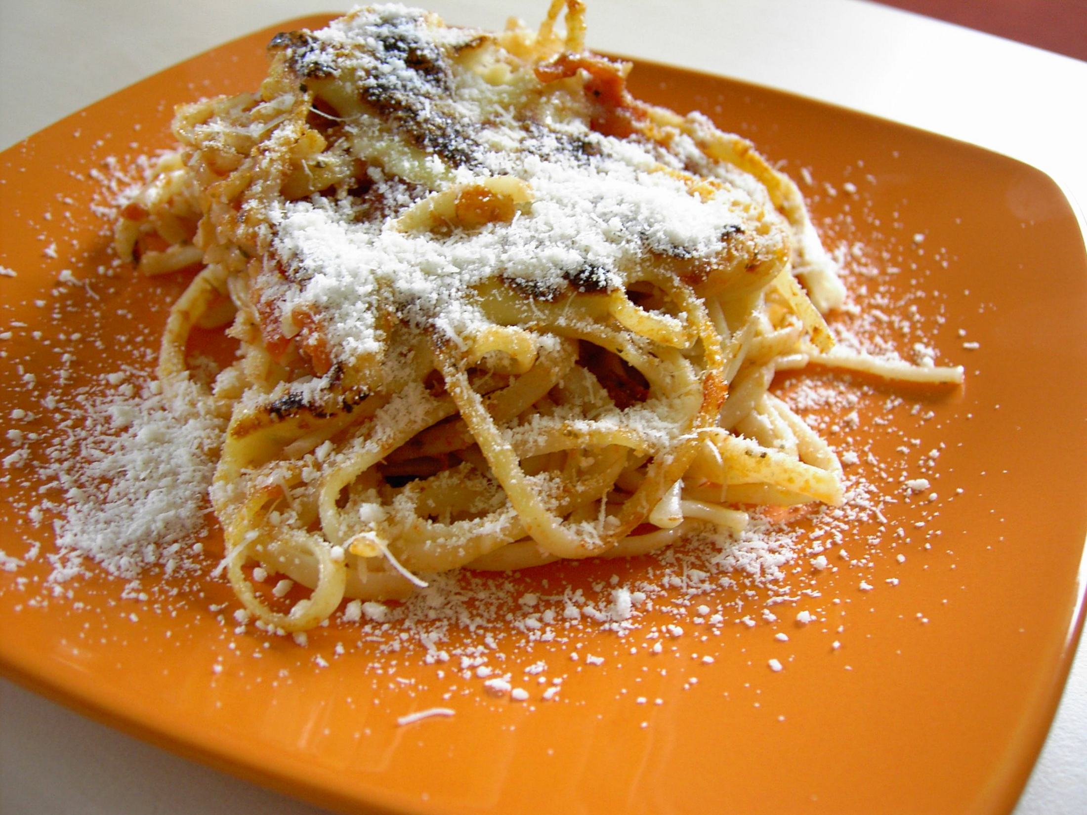 Zapečené špagety s rajčatovou omáčkou