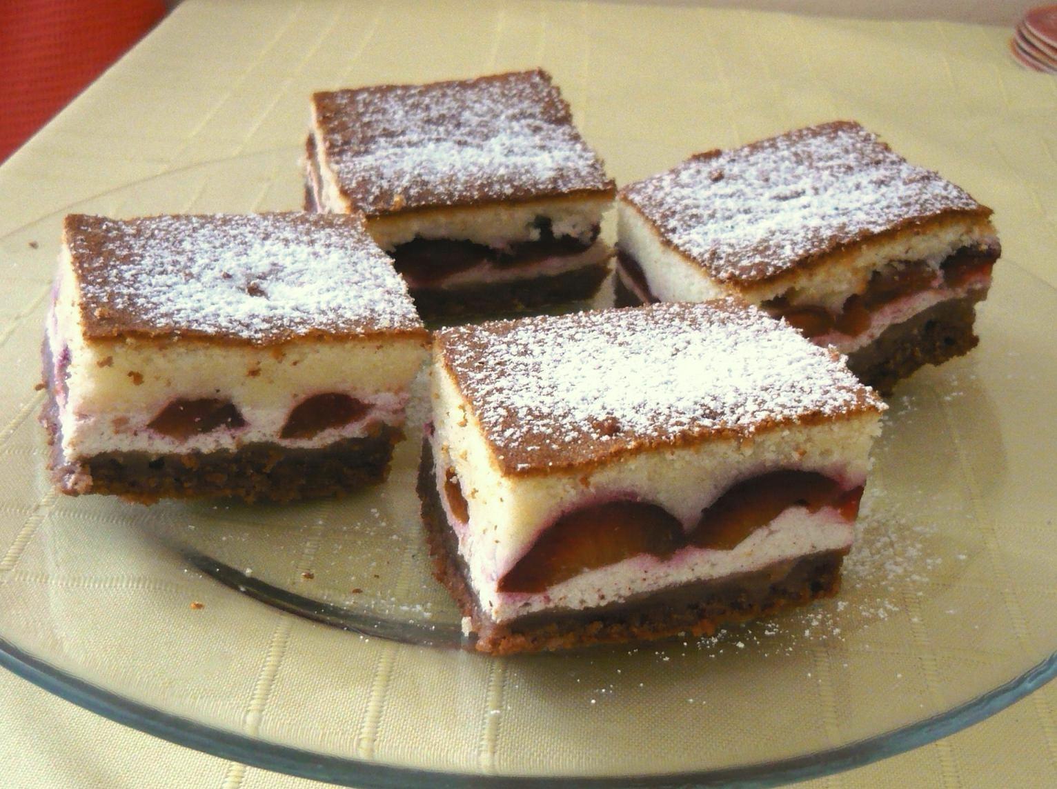 Barevný koláč s tvarohem a ovocem