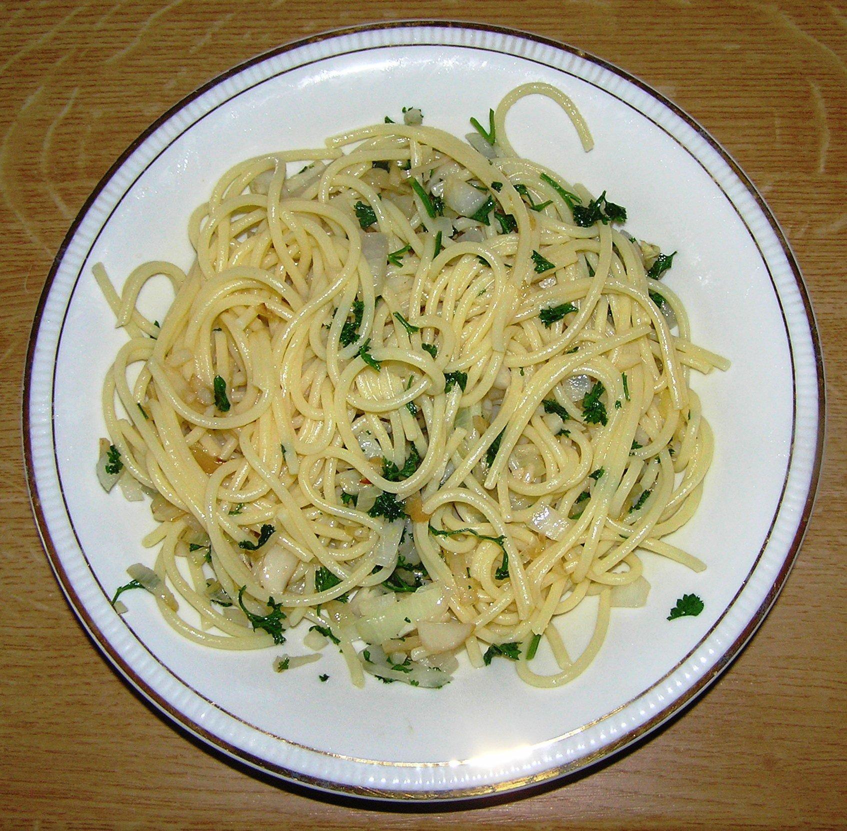 Špagety s česnekem a petrželkou