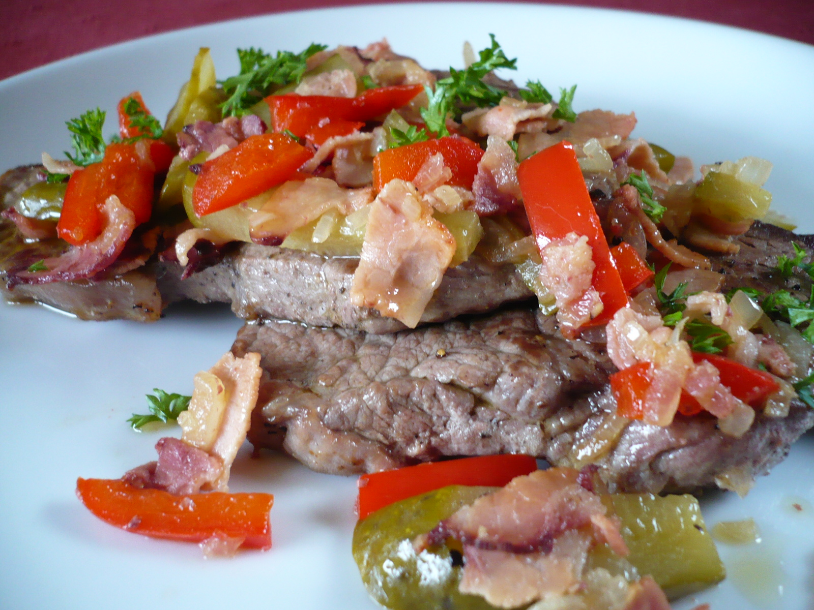 Fotografie receptu: Hovězí roštěná se slaninou