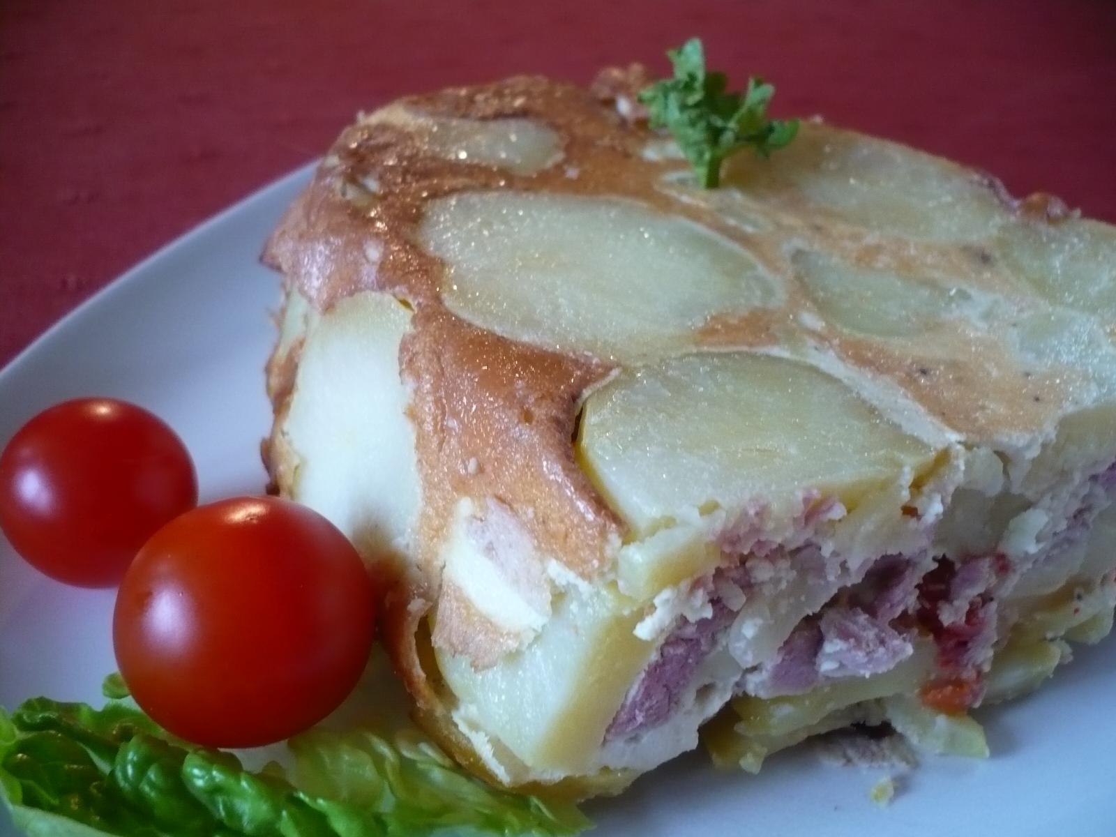 Fotografie receptu: Brambory zapečené s uzeným a sýrem